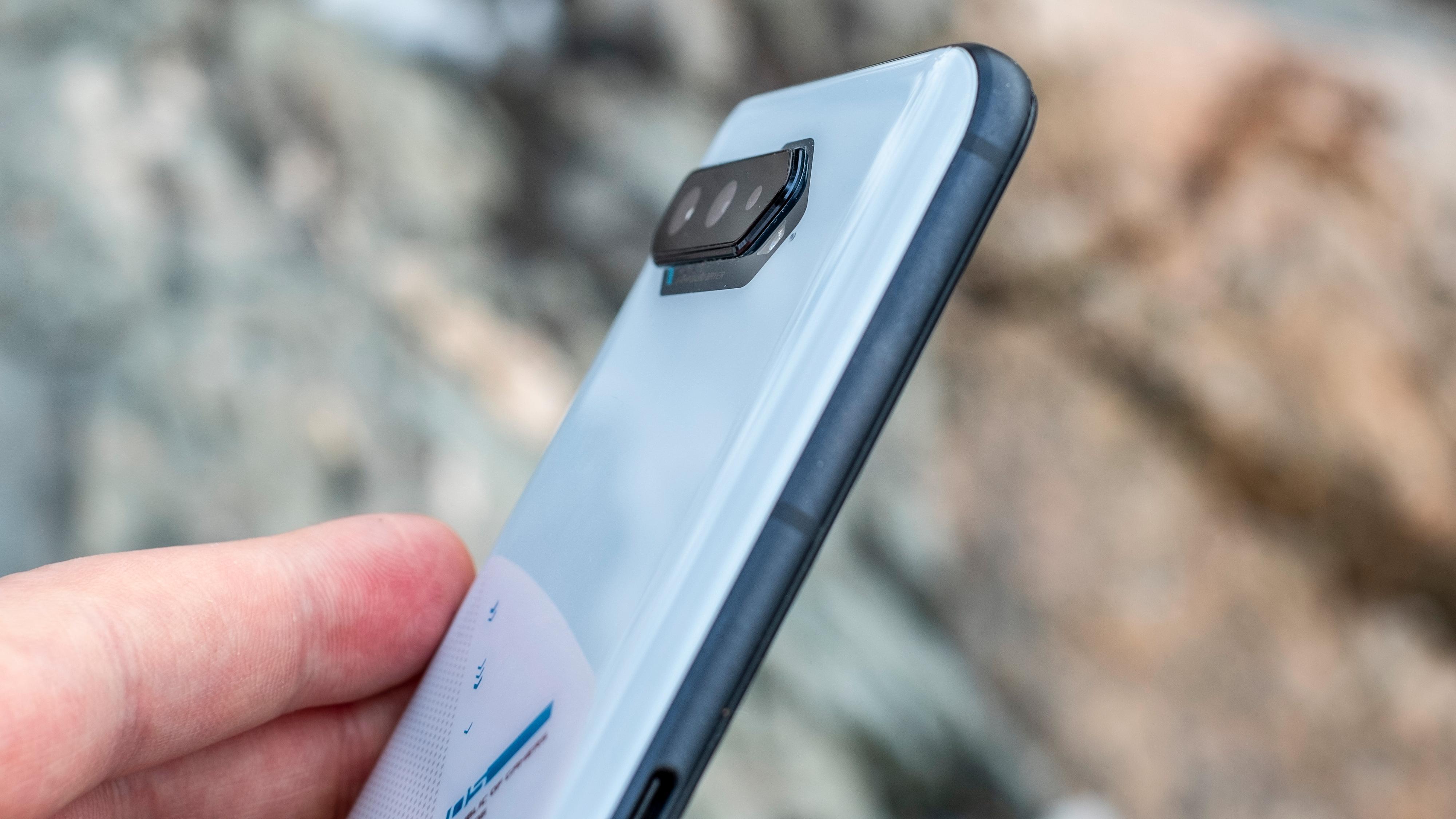 Kamerabumpen på baksiden stikker litt ut, men er av beskjeden størrelse sammenliknet med de heftigste telefonene, så som Galaxy S21 Ultra eller iPhone 12 Pro Max.
