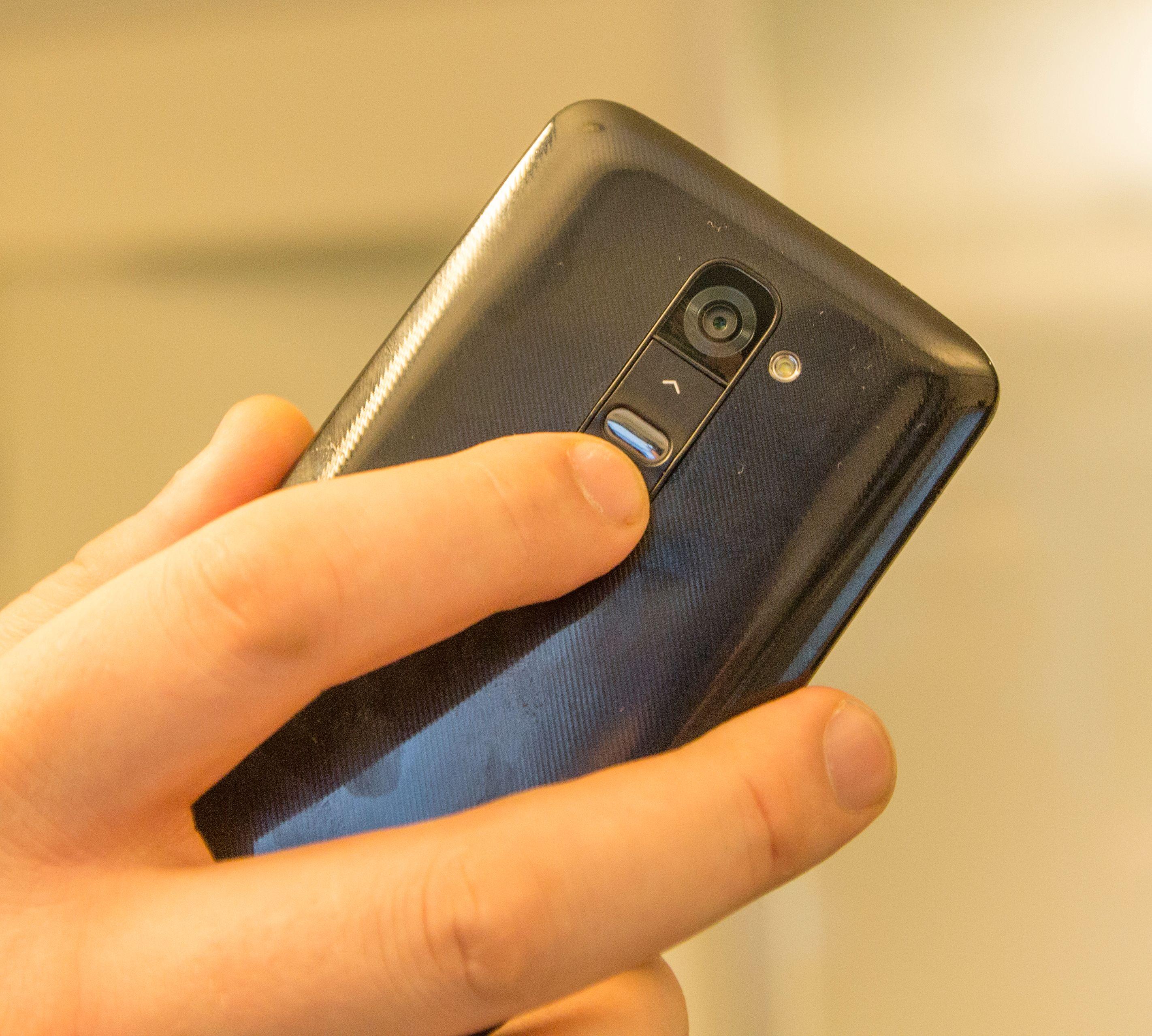 Knappene på baksiden skal gi en mer naturlig måte å bruke telefonen på. Det var det delte meninger om i redaksjonen. Uansett dreier dette seg først og fremst om vane.Foto: Finn Jarle Kvalheim, Amobil.no