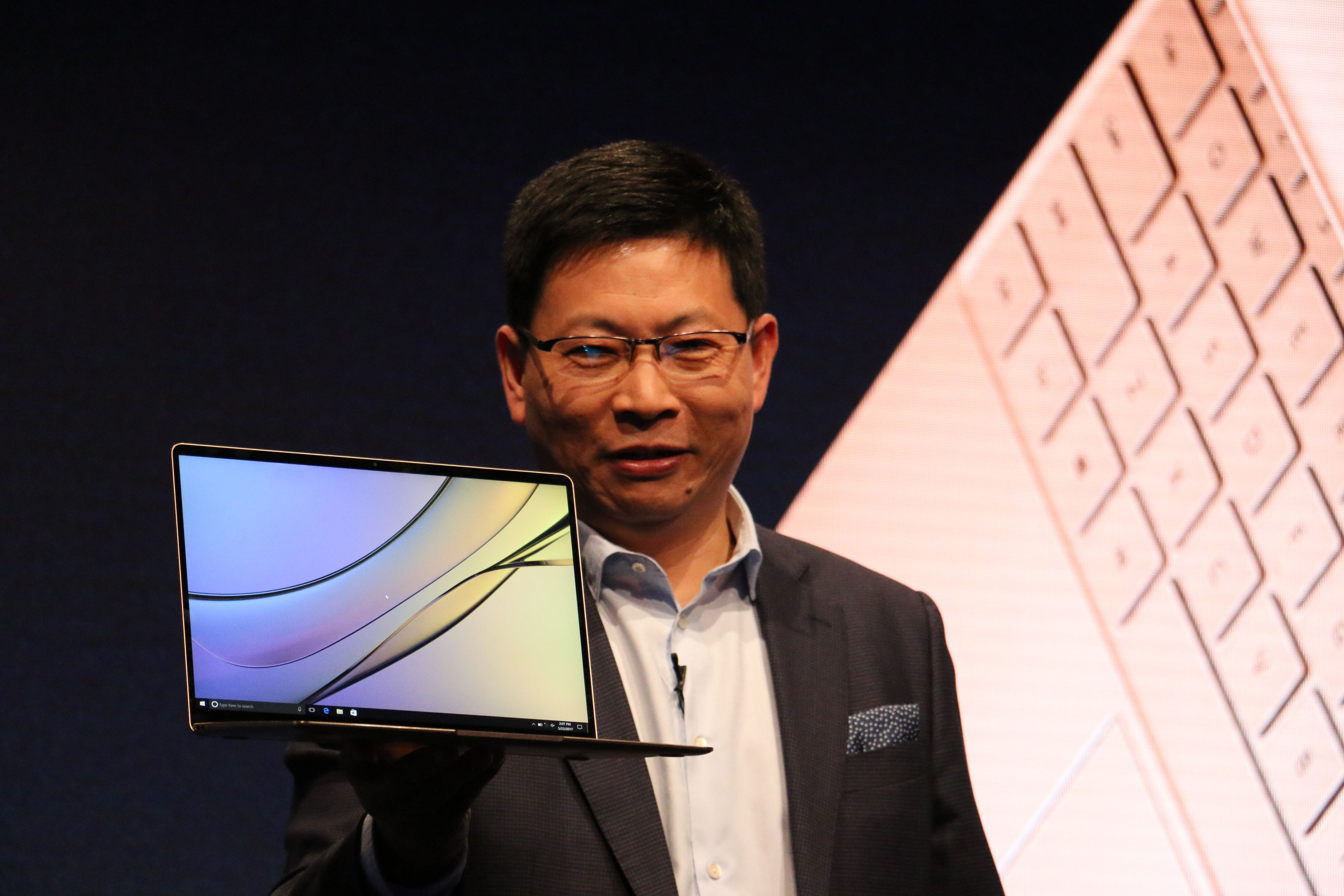 Richard Yu, sjef for Huaweis mobildivisjon, var fornøyd med innsatsen til egne ingeniører, som skal ha klart å stappe en i5-7200U-prosessor inn i et 0,9 cm tynt kabinett, uten vifter.