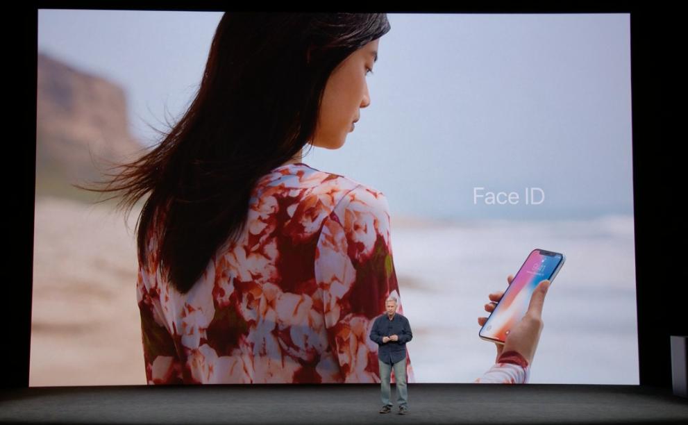iPhone X får ansiktssensor som låser opp telefonen med et blikk fra deg. Bilde: Apple/Skjermdump