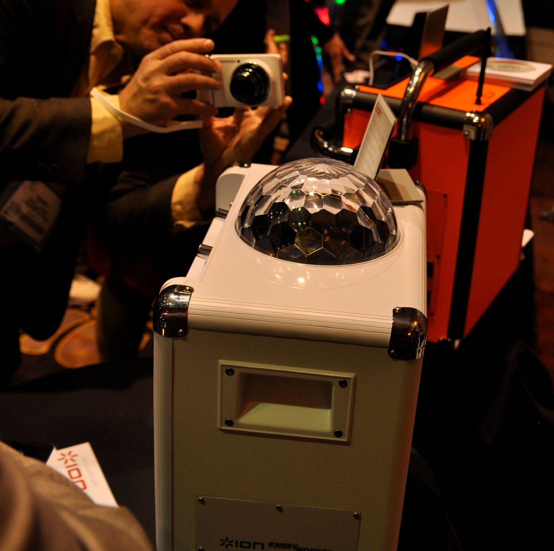 En høyttaler med innebygget lyseffekt.