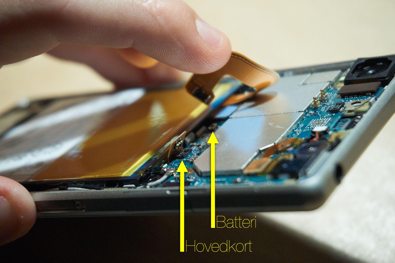 Disse to kontaktene er det veldig viktig å koble fra – hvis ikke kan det skje mye rart både under og etter reparasjonen.