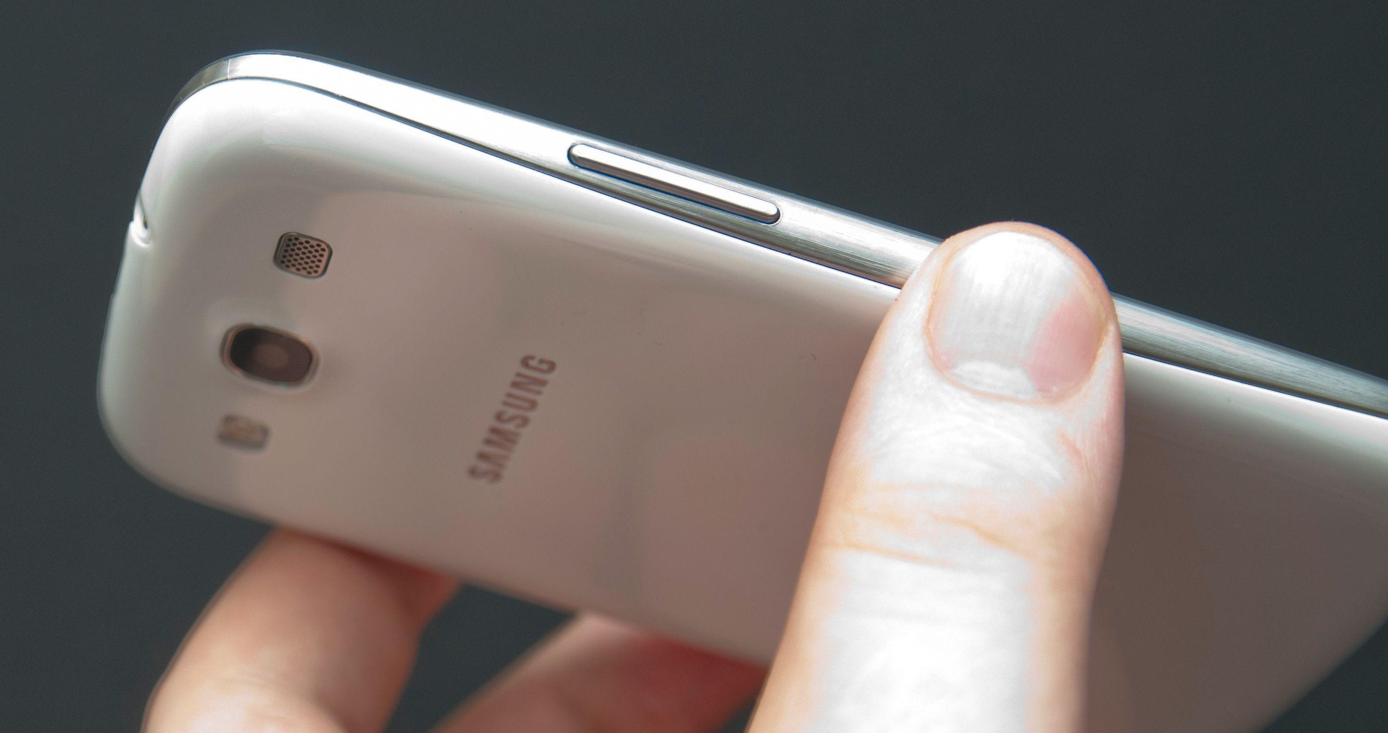 Galaxy S III er en svært tynn telefon med sine 8,6 millimeter tykkelse.