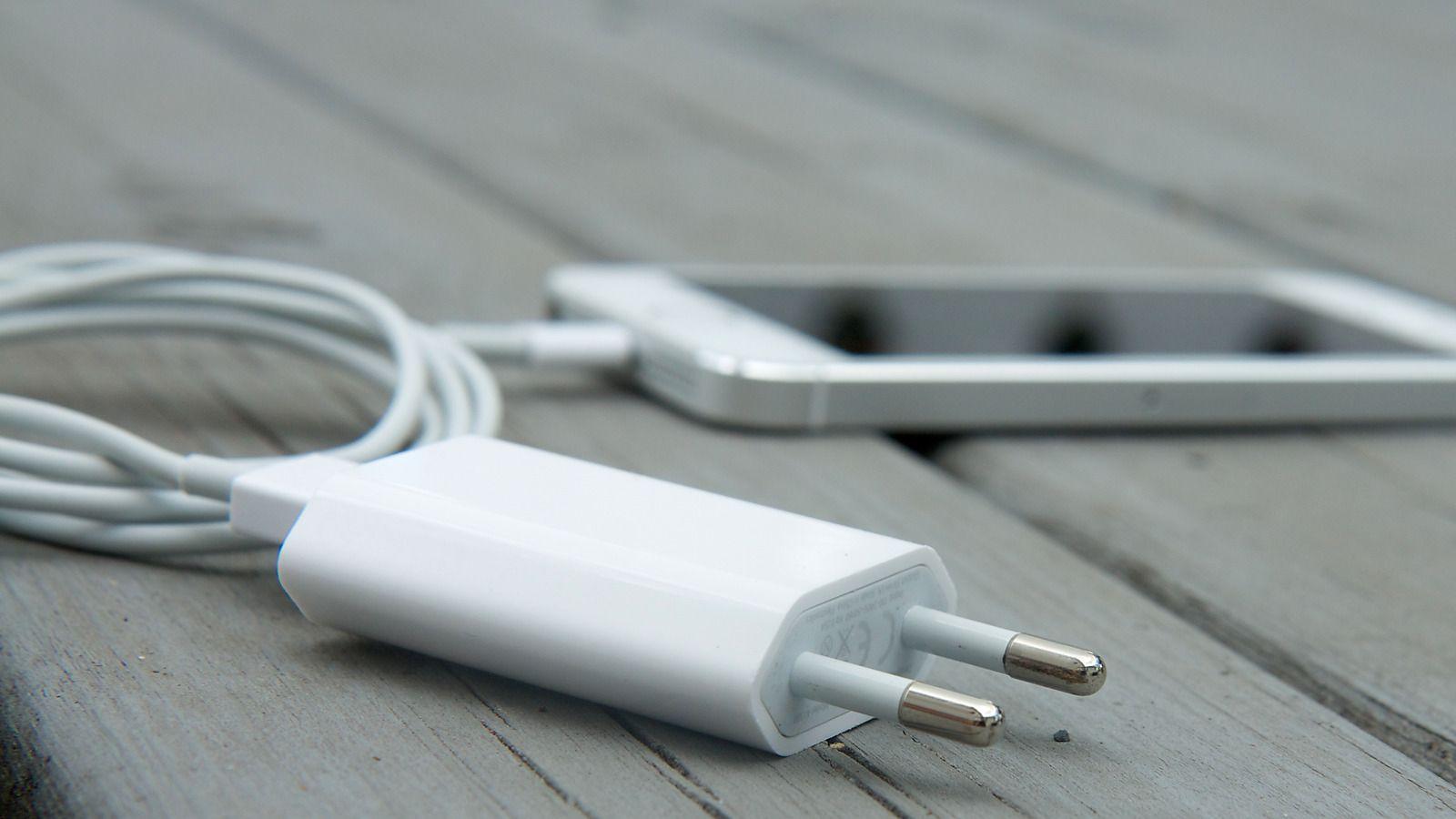 Apple saksøkt for å kutte laderstøtte