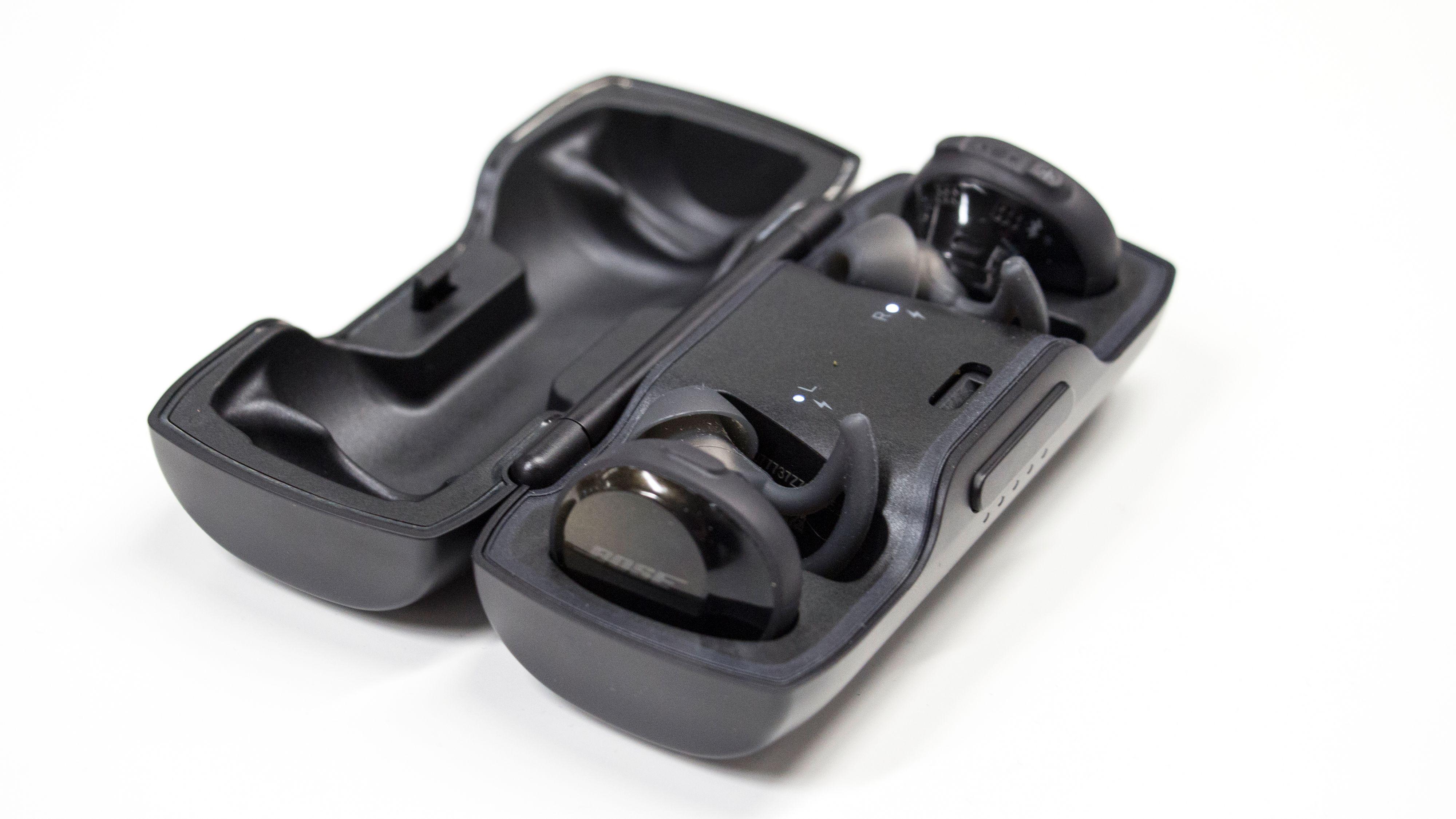 Pluggene klikkes enkelt på plass i etuiet med magnet. Etuiet huser også to ekstra oppladinger.