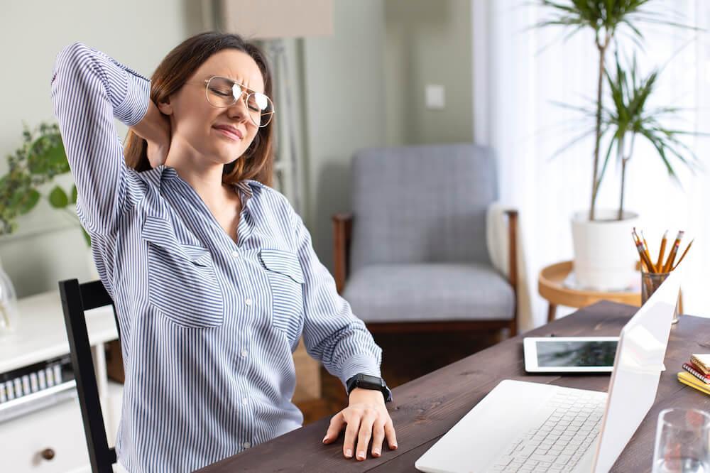 Ont i rygg och nacke är vanligt vid kontorsarbete.