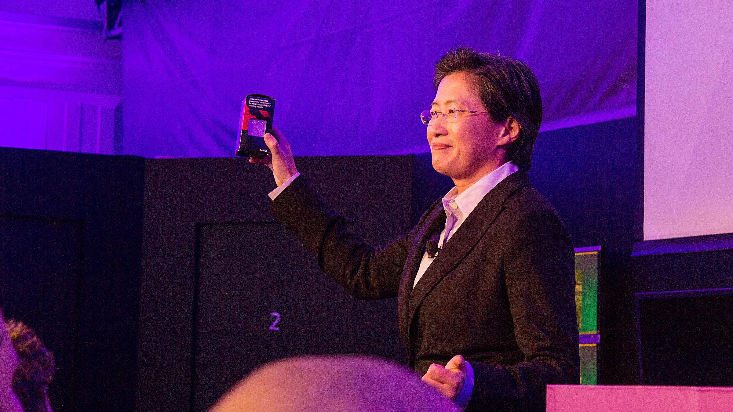 Lisa Su, AMDs senior visepresident og sjef for globale forretninger, viser frem Kaveri på årets CES-messe.Foto: Varg Aamo, Hardware.no