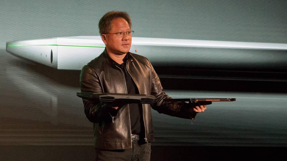 Nvidia-sjef Jensen Huang annonserte GeForce GTX Max-Q under selskapets Computex-pressekonferanse. Her viser han hvor stor fysisk forskjell det er på en bærbar med og uten Max-Q-design.