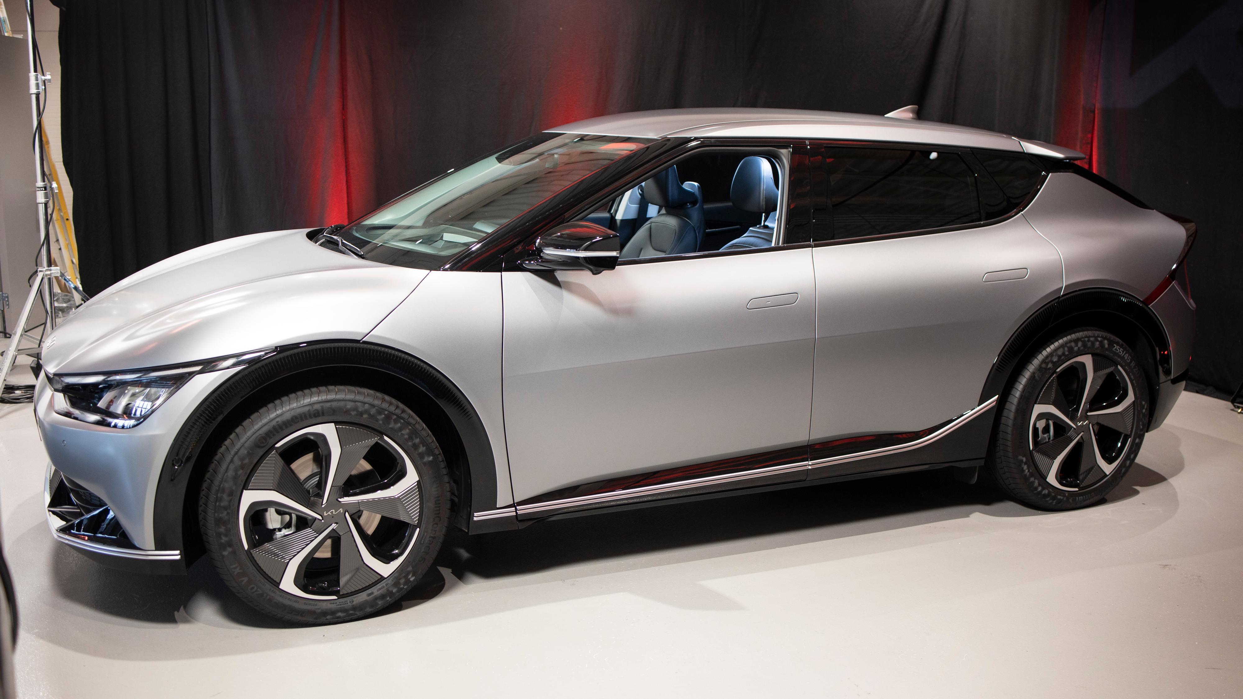 EV6 måler 4,68 meter lang, men har et litt mer sporty uttrykk enn søstermodellen Hyundai Ioniq 5, som er bygget på samme plattform. Her fra Kias norgesvisning litt tidligere i år.