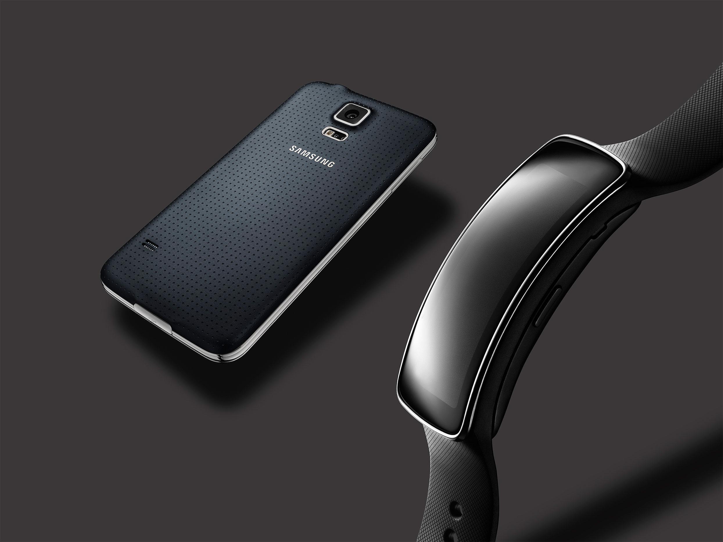 Samsung Gear Fit og Samsung Galaxy S5 skal hjelpe deg holde deg i form.