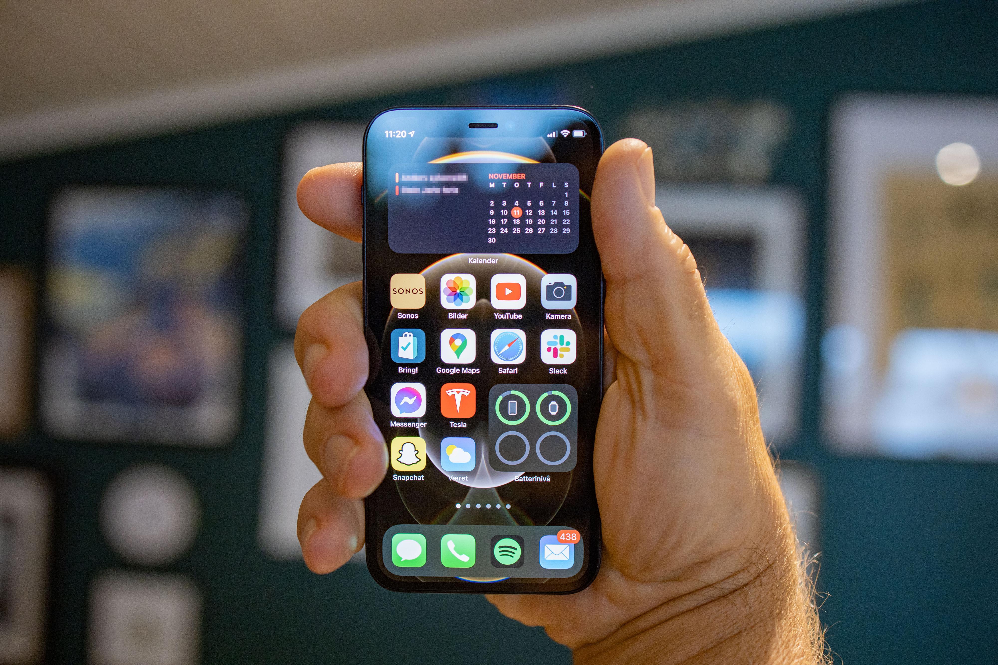 Her fikk vi låne en litt større hånd for å plassere iPhone 12 Mini i, for å tydeliggjøre hvor liten den faktisk er.