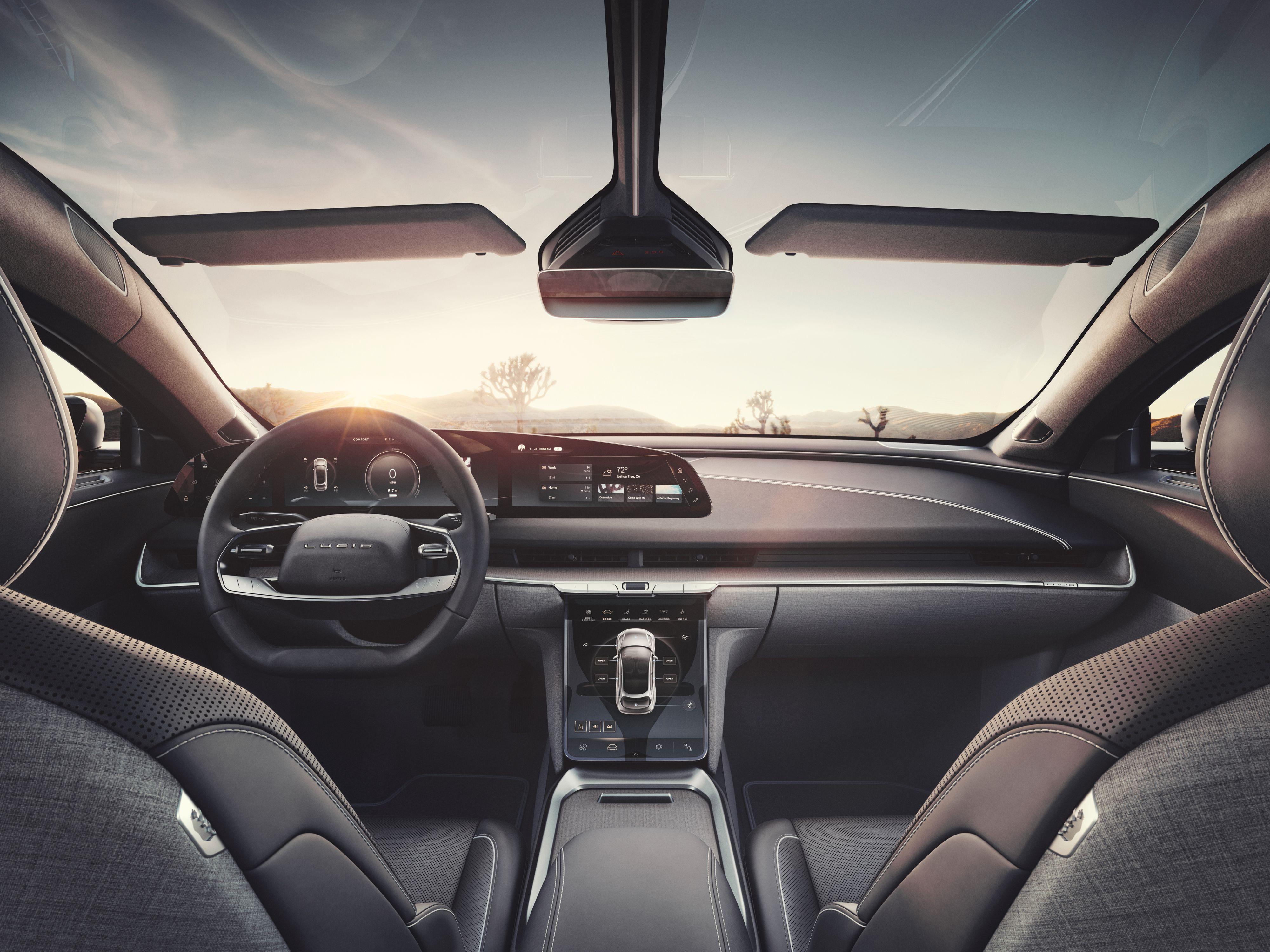 En tredelt skjerm fungerer både som instrumentpanel og infotainmentsystem, og i tillegg har bilen en større skjerm i midtkonsollen.