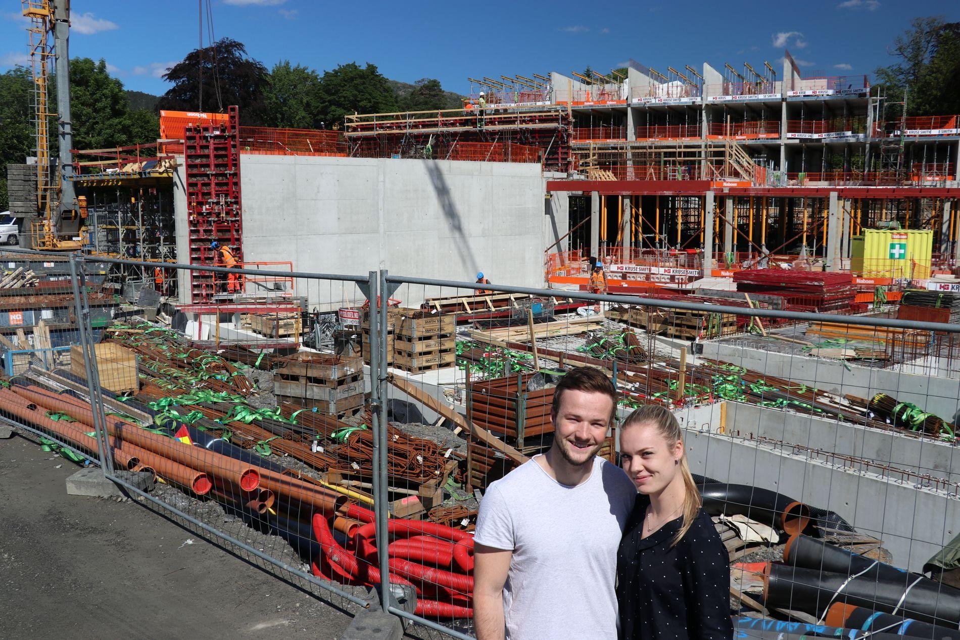 SNART I HUS: – Det er omtrent her leiligheten vår kommer, sier Tor Øksenberg Hellebø. Han besøker byggeplassen like ved Paradiskrysset samme kjæresten Sunniva Risti Bergaas.