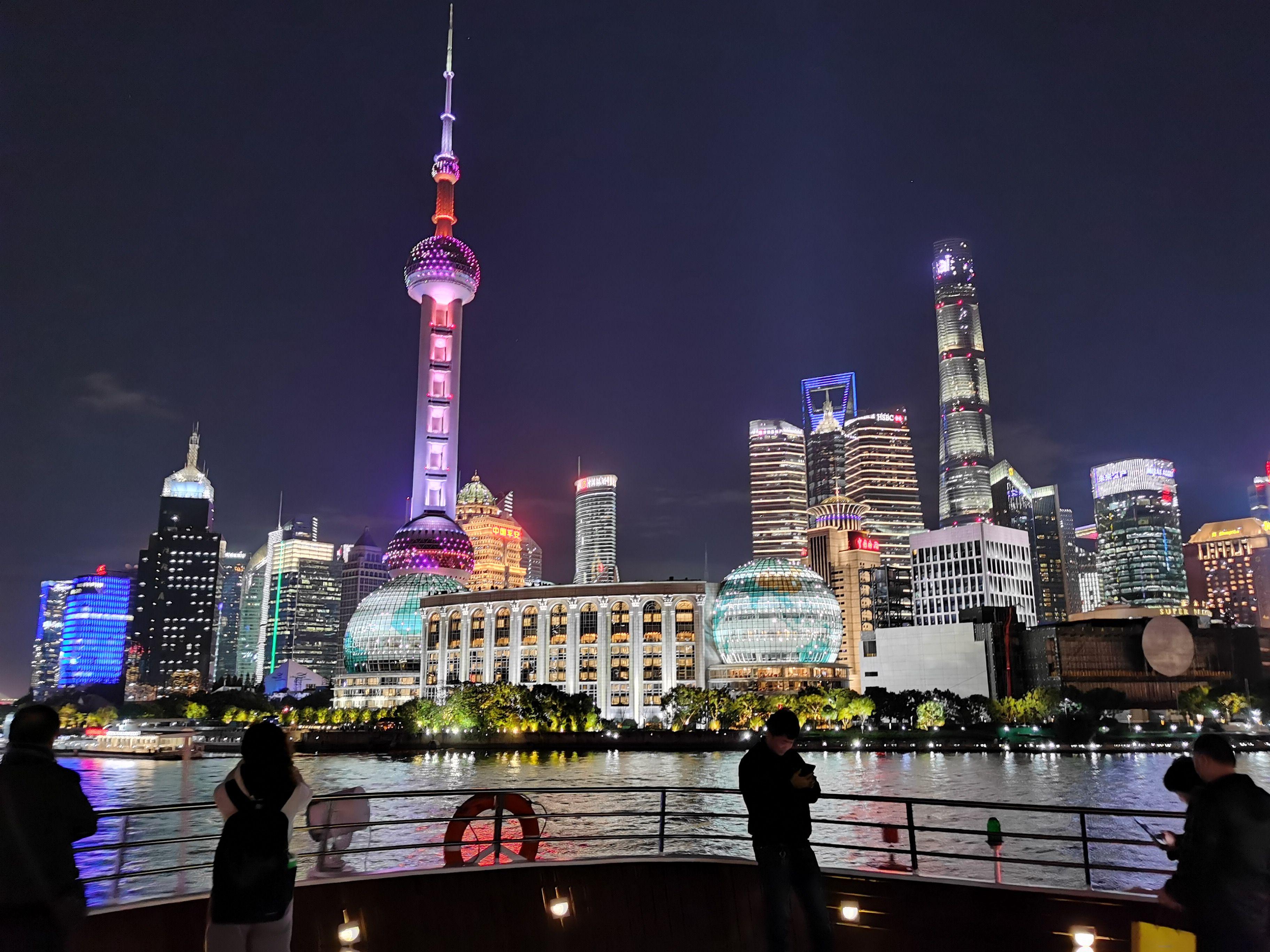 Shanghai er en flott by å være på tur i, men som turist må du ikke regne med å få betalt med kort i butikken. Minibanken på hotellet er din beste venn.