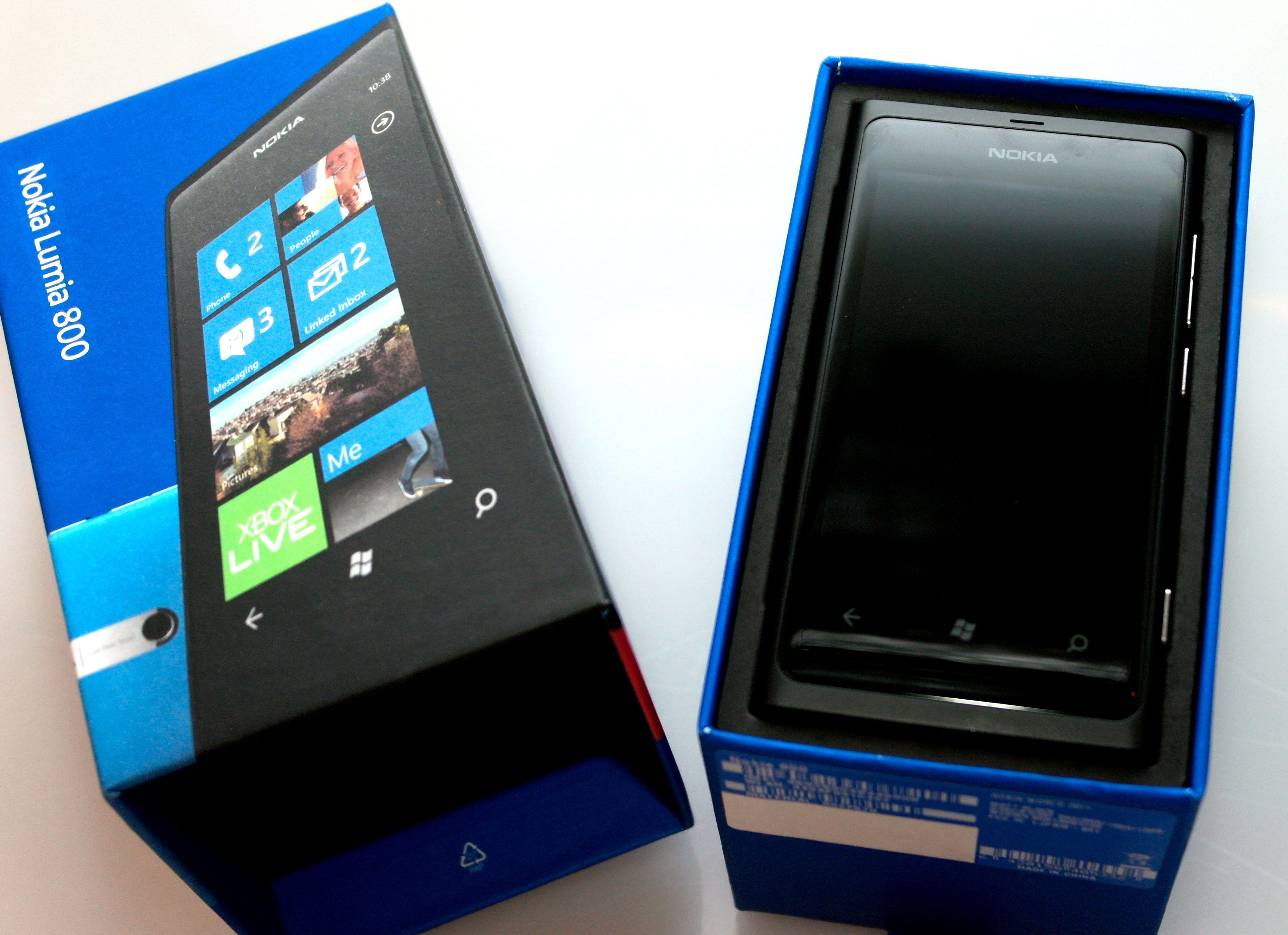 Lumia 800 er Nokias første telefon med Microsofts Windows Phone-menyer.