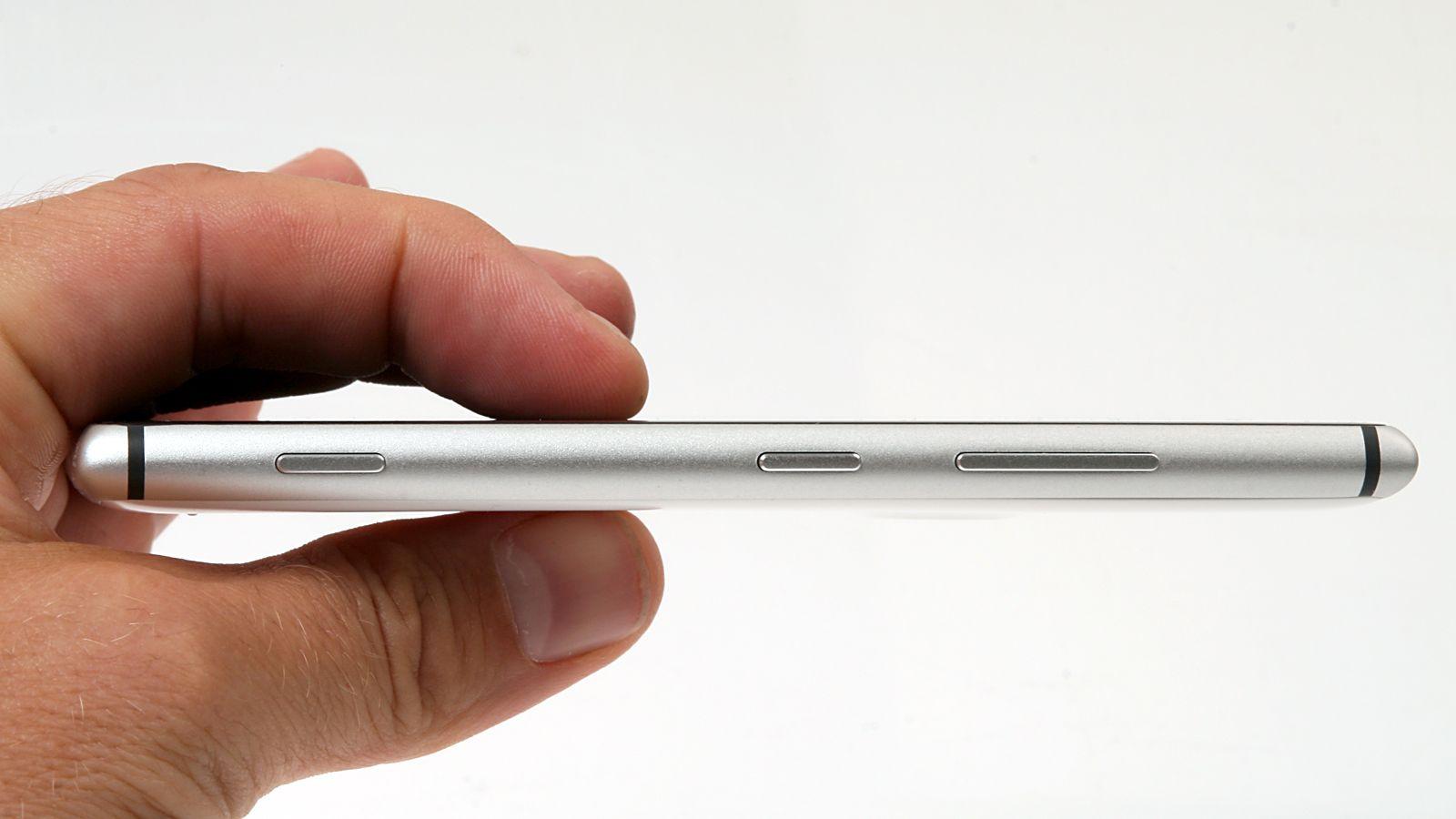 På høyre side av telefonen finner du volumknapper, av/på-knapp og en kameraknapp.Foto: Kurt Lekanger, Amobil.no