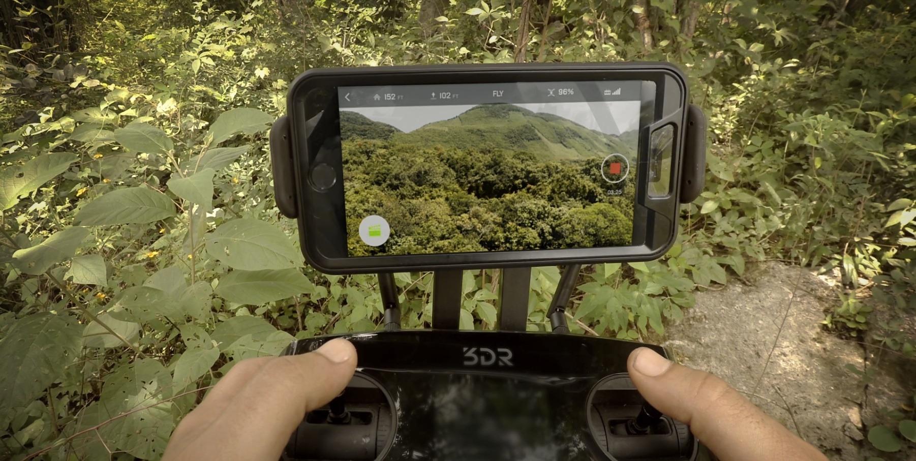 Regissøren i aksjon med 3D Robotics' Solo-drone. Foto: 3D Robotics/YouTube