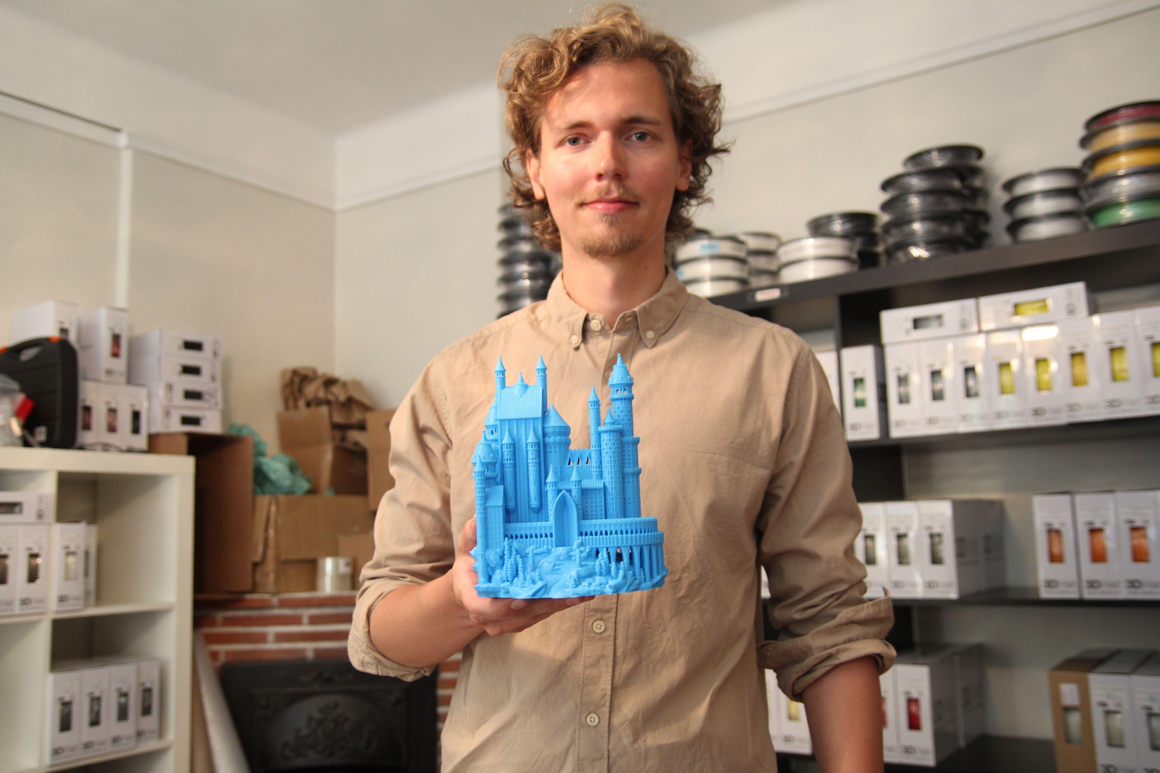 Martin Rygh viser frem et 3D-printet slott som pleier å vekke stor oppmerksomhet hos publikum når de er ute og promoterer 3D-printing.