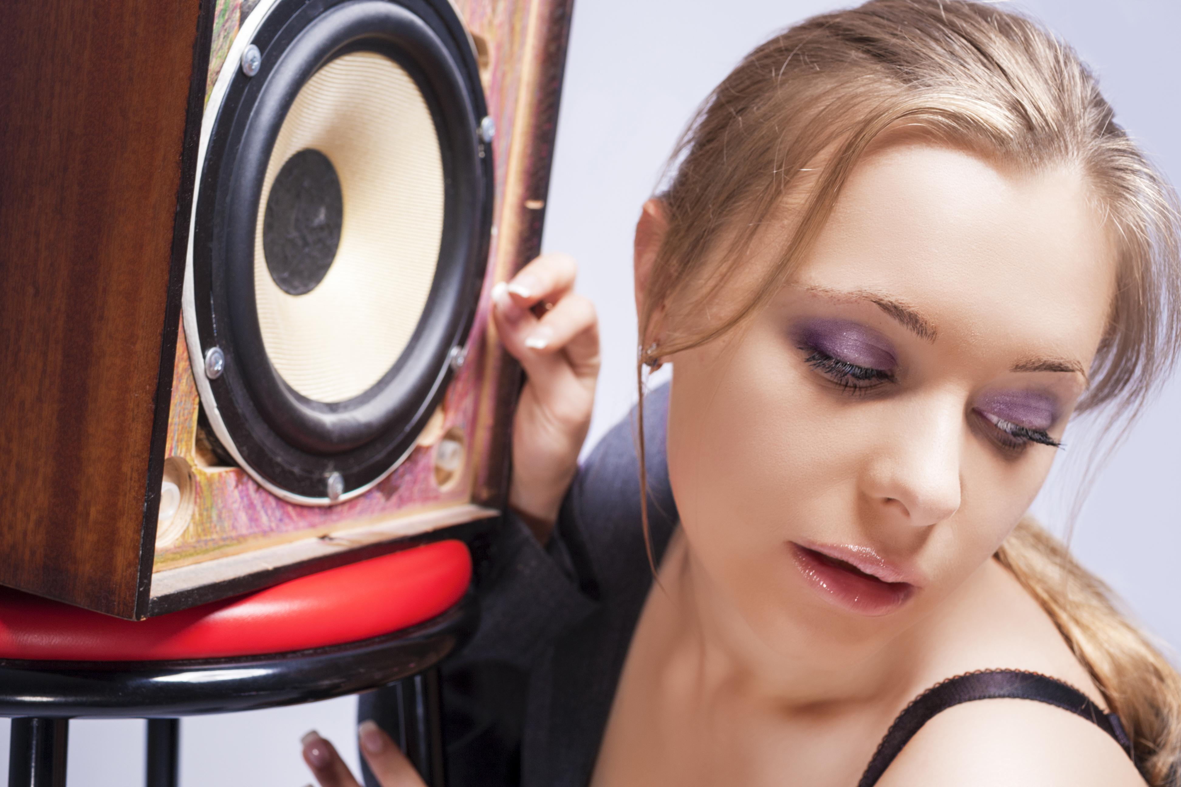 For å få den beste lyden burde høyttalerne stå plassert i hodehøyde. Foto: Shutterstock