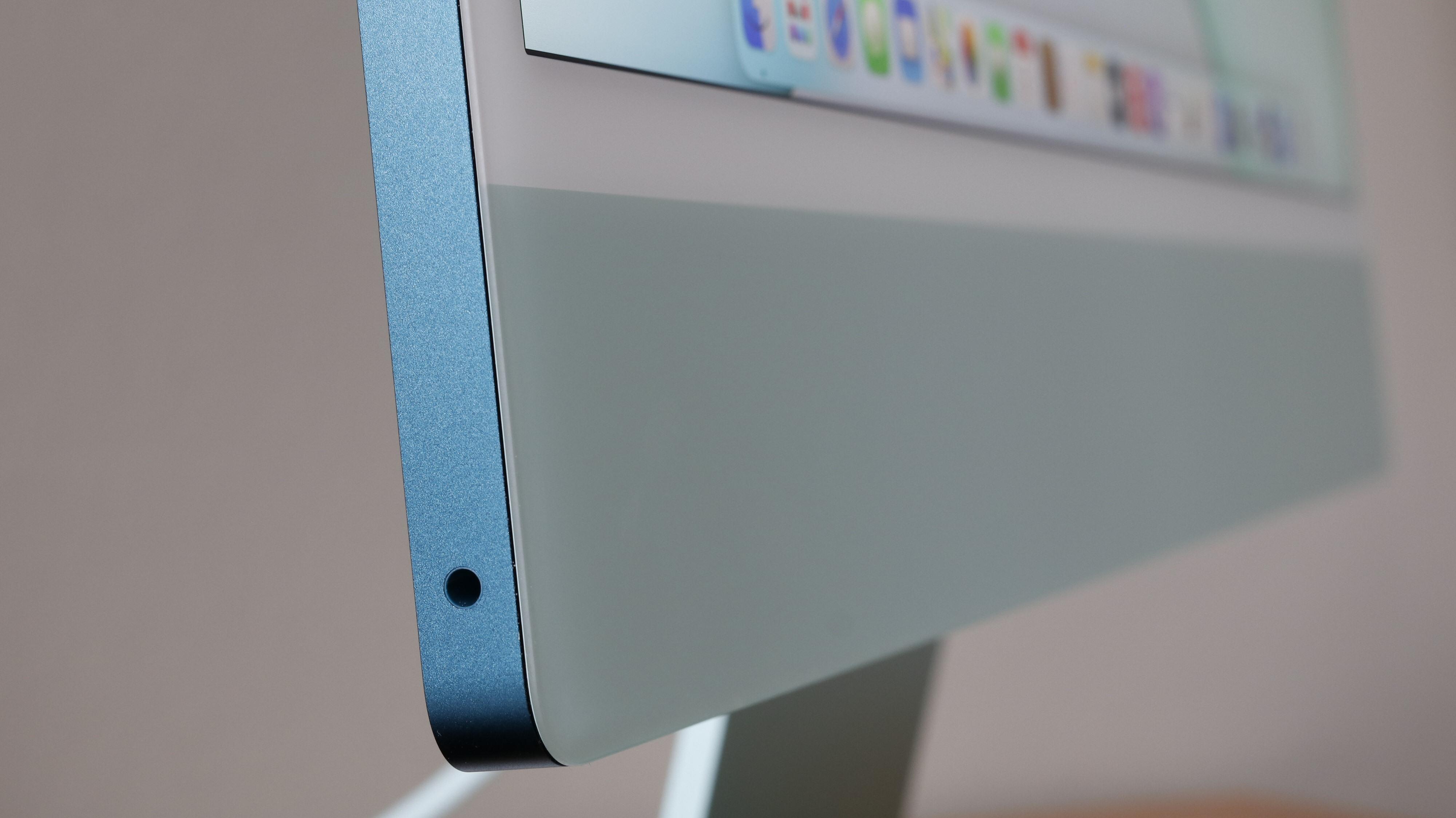 Alt av maskinvare er pakket inn i dette 11,5 millimeter tykke metallskallet. Det betød at Apple måtte flytte minijackporten til den ene kortsiden, da en slik plugg er 14 mm lang.