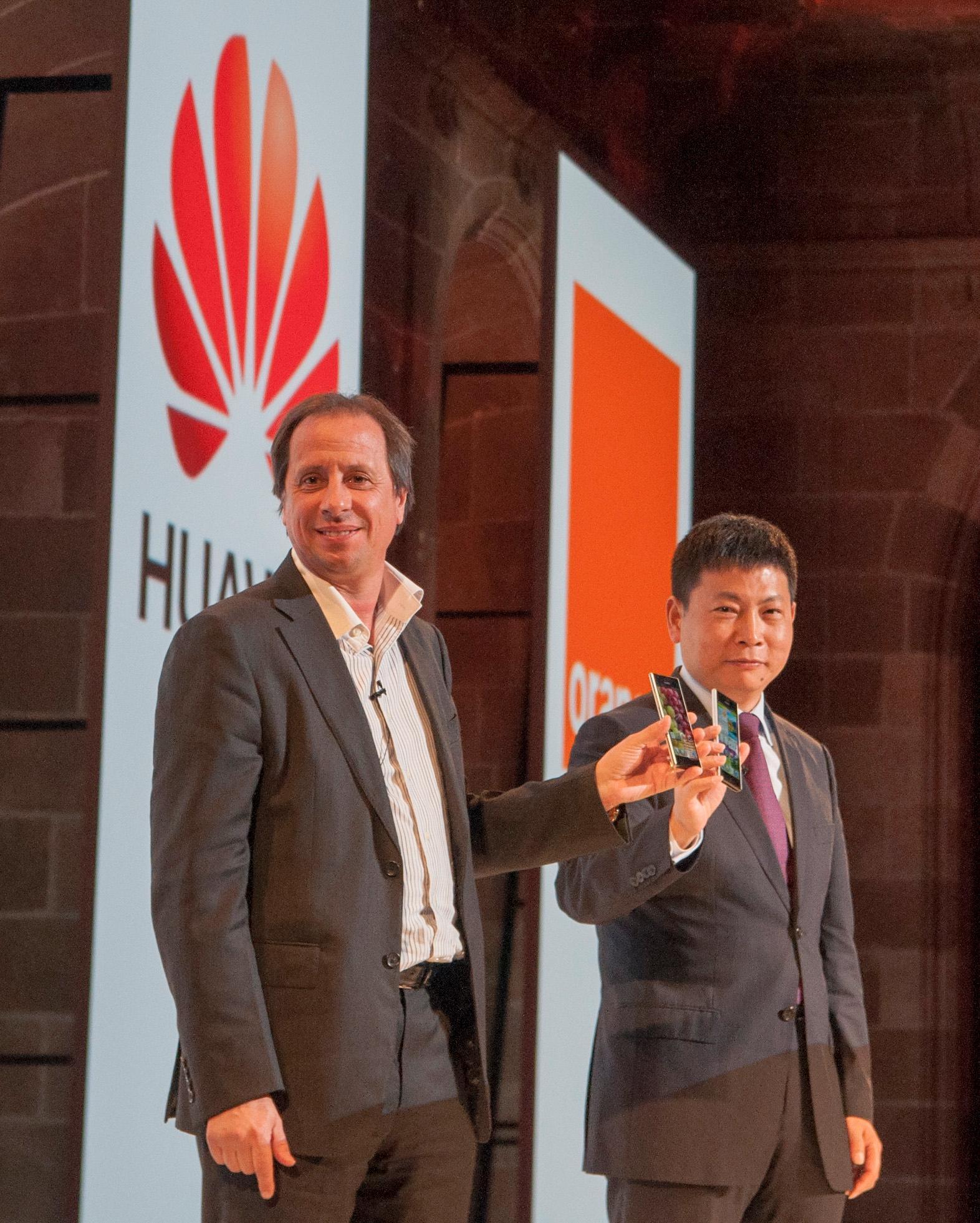 Sjefene for Huawei og operatøren Orange viser frem den nye telefonen.Foto: Finn Jarle Kvalheim, Amobil.no