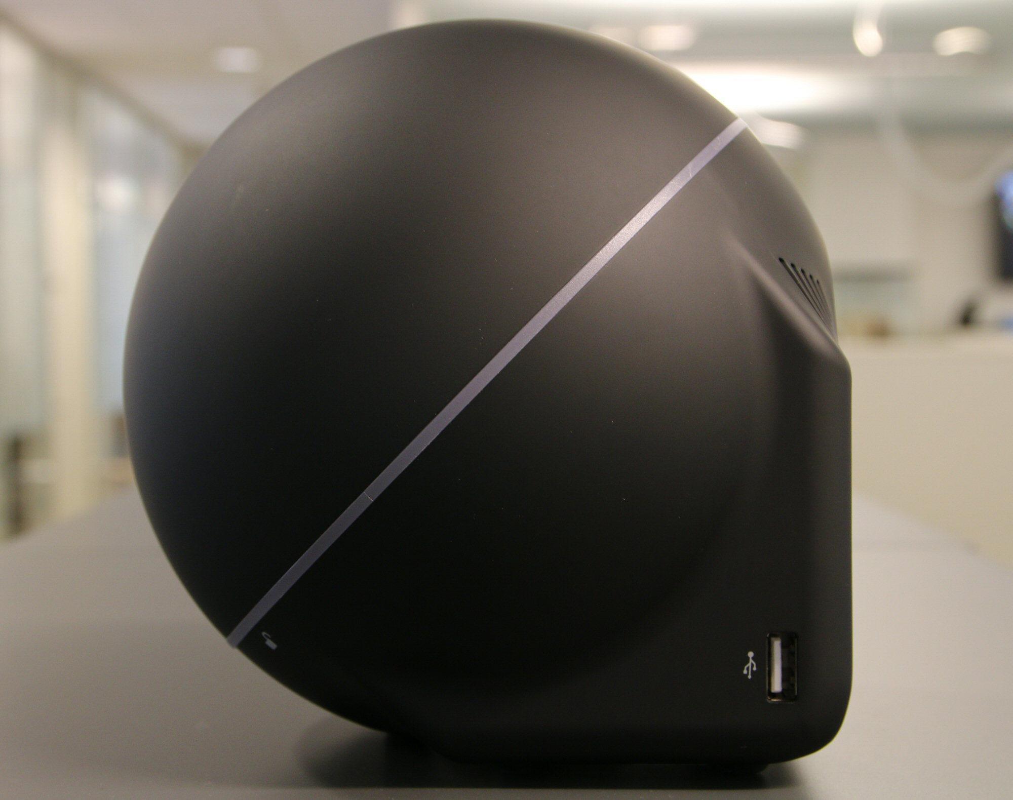 Ja, Zbox Sphere OI520 har en fasong utenom det vi vanligvis ser hos PC-er.Foto: Vegar Jansen, Hardware.no