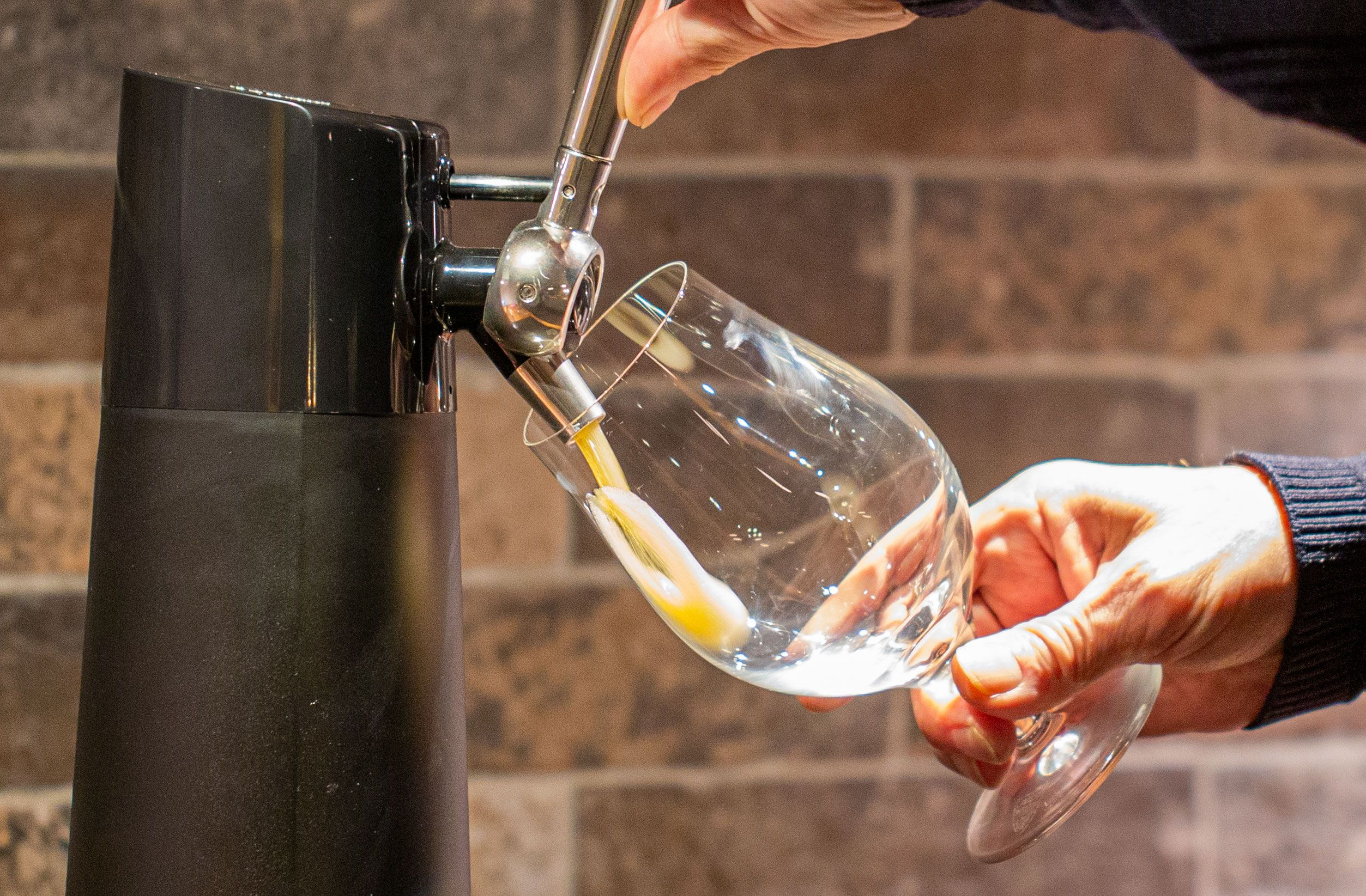 Med ølflasken på plass er det bare å ta tak i håndtaket og dra. Det tar gjerne et sekund før ølen begynner å piple ut fra kranen.