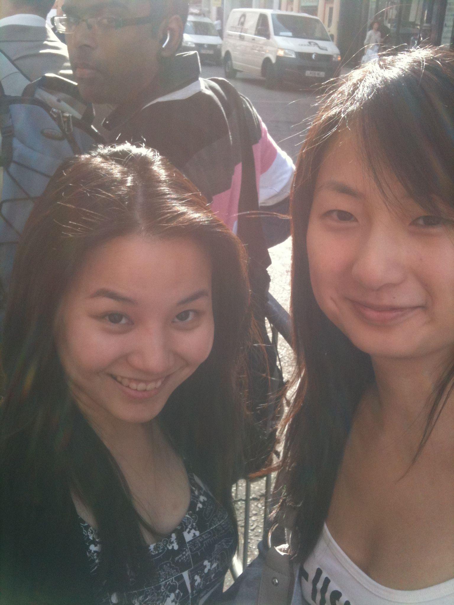 Angela (til venstre) og Sha (til høyre) er blant anslagsvis 1500 andre mennesker i Iphone-kø. (Foto: Finn Jarle Kvalheim, mobilbilde)