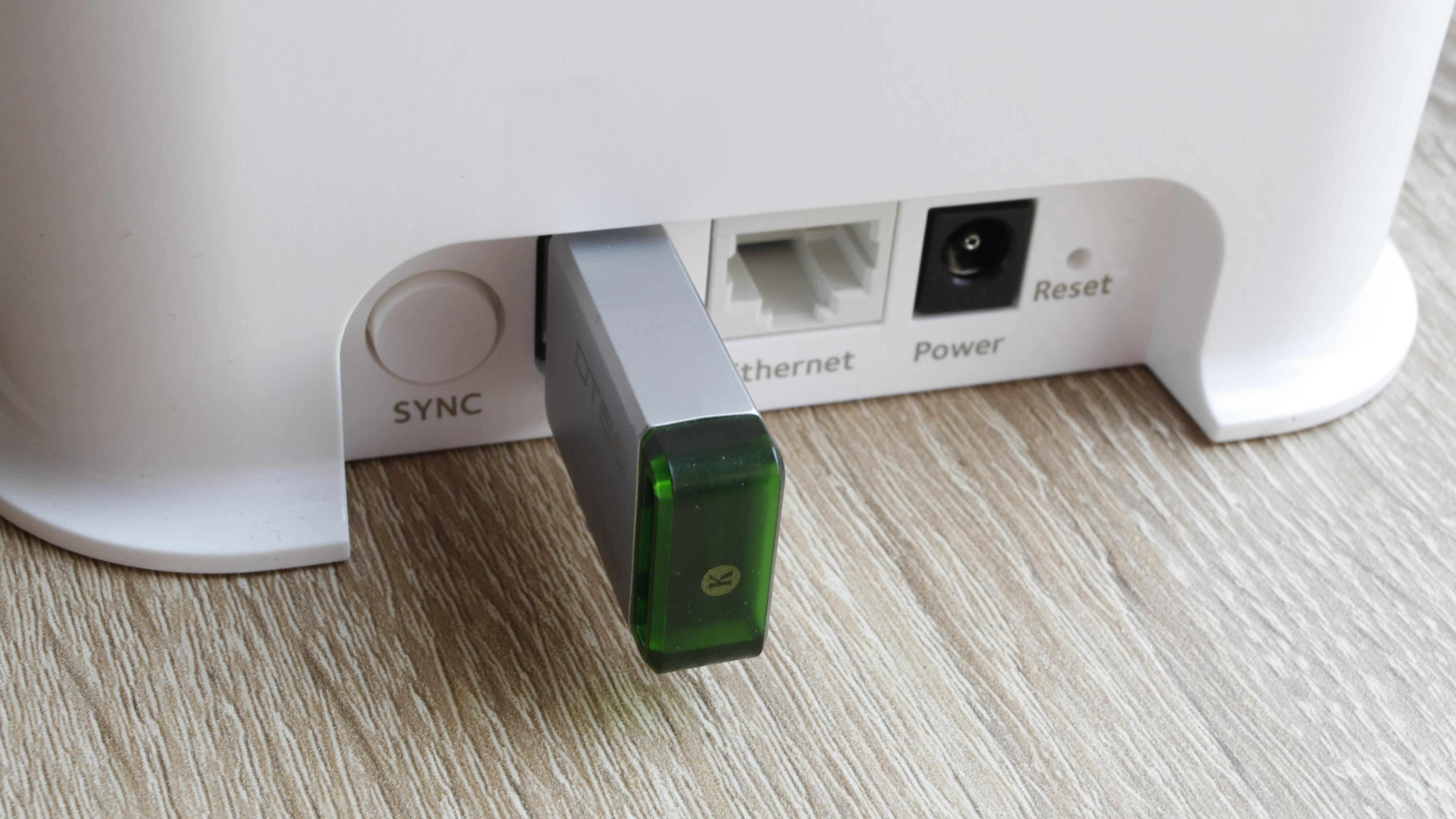 Basestasjonen har en USB-port som for eksempel kan utstyres med en USB-pinne for lokale opptak. Selv om du skulle abonnere på skylagring, er det alltid smart å ha en backup.