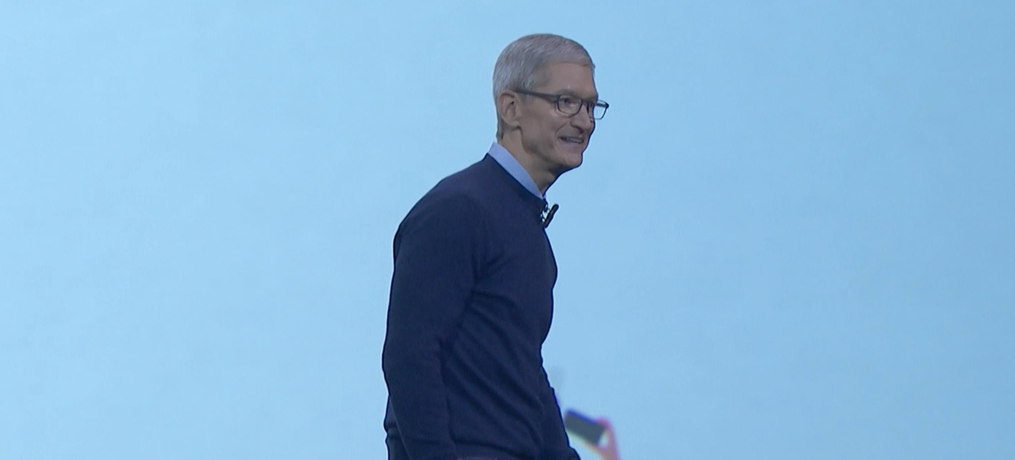 Apple-sjef Tim Cook entrer scenen.