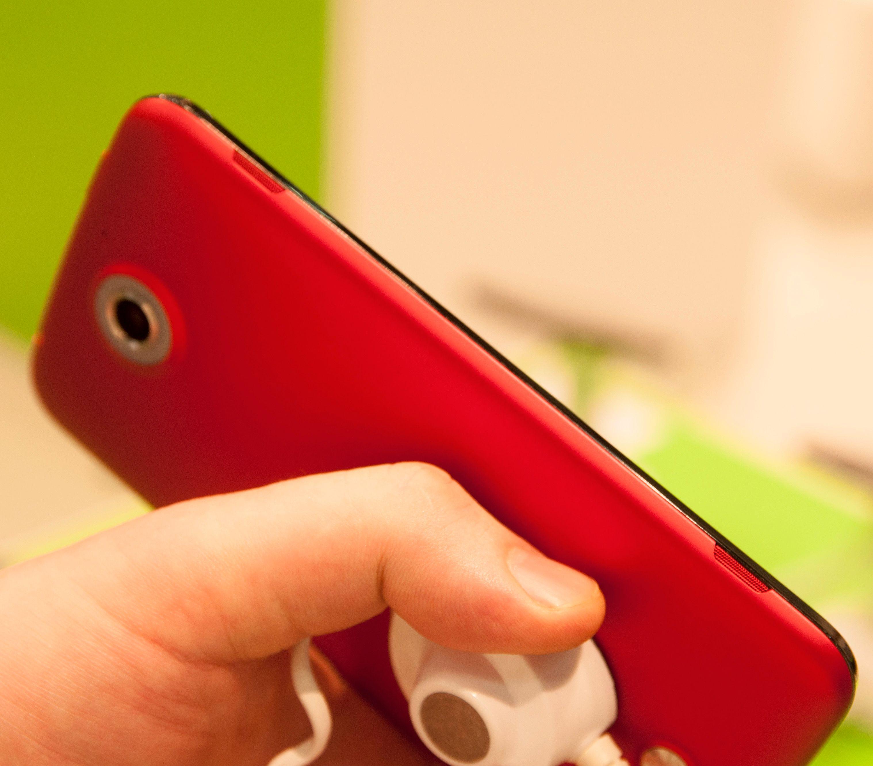 Acer Liquid S2 har stereohøyttalere langs siden av telefonen.Foto: Finn Jarle Kvalheim, Amobil.no