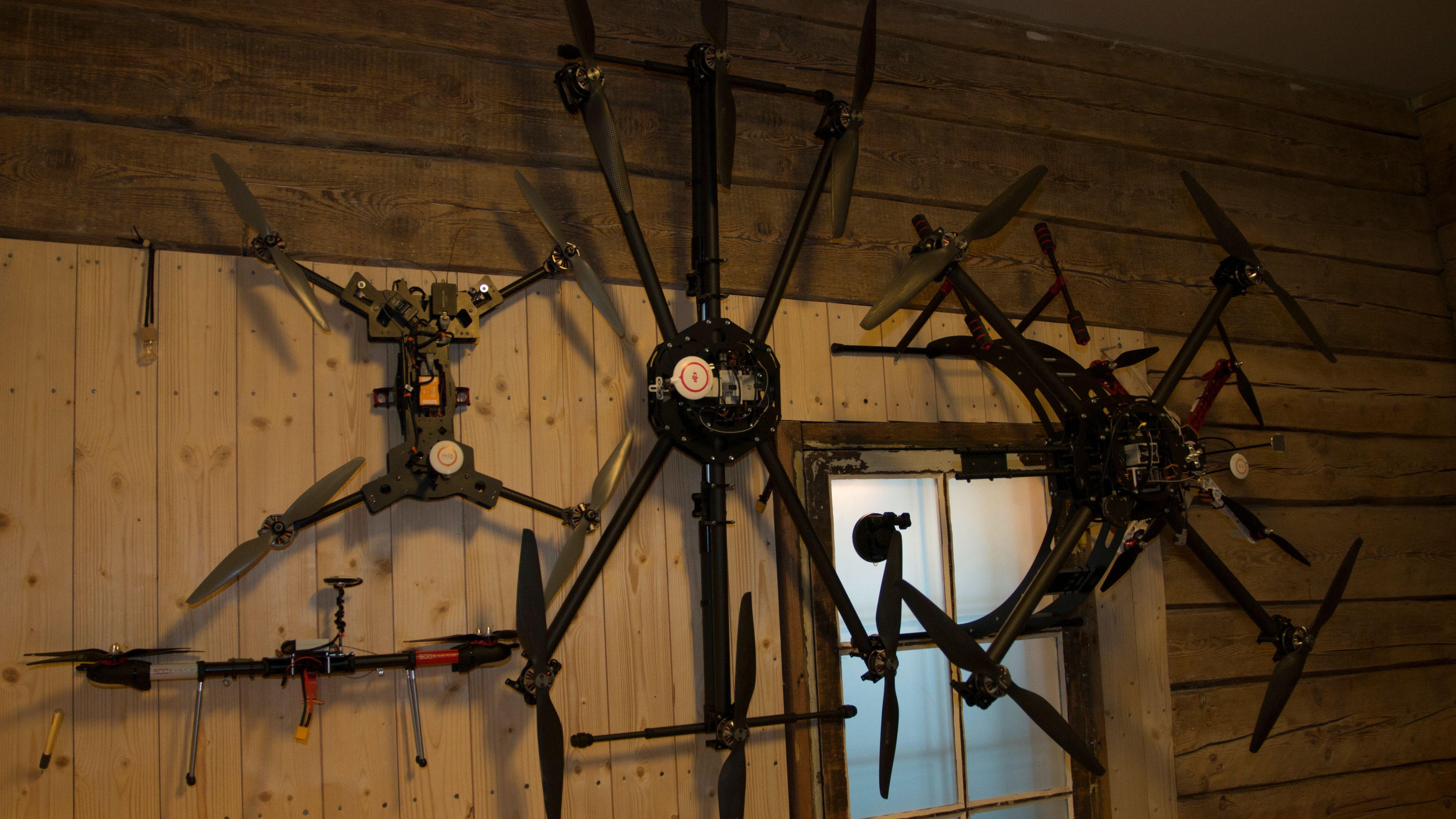 Noen av dronene Slettevoll og Droneverkstedet jobber med for tiden. Merket på propellene er fjernet digitalt fra bildet, etter ønske fra Droneverstedet. Foto: Kristoffer Møllevik