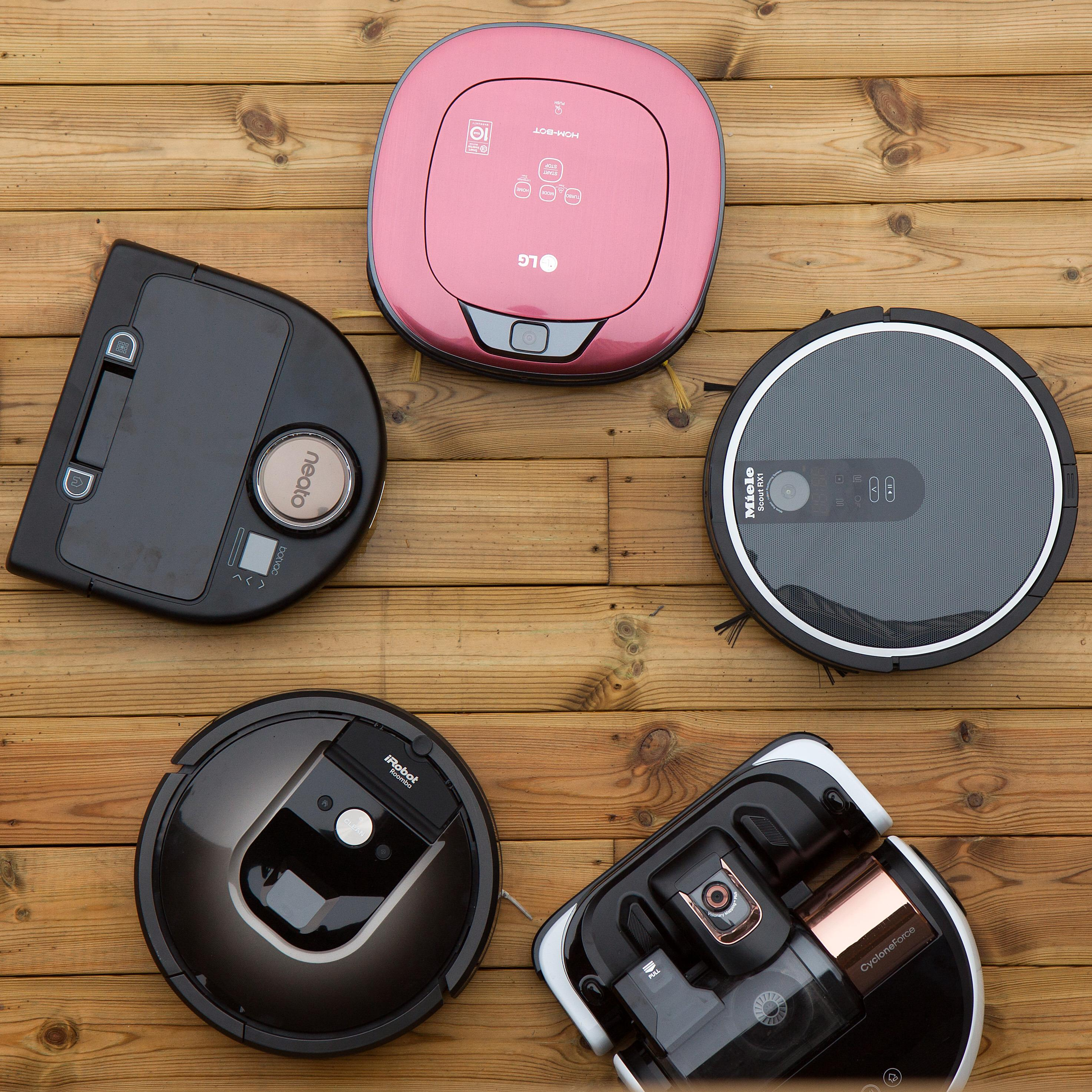 Disse var med. Fra øverst i midten og med klokken: LG Hom-bot, Miele Scout RX1, Samsung Powerbot VR9000, iRobot Roomba 980 og Neato Botvac Connected.