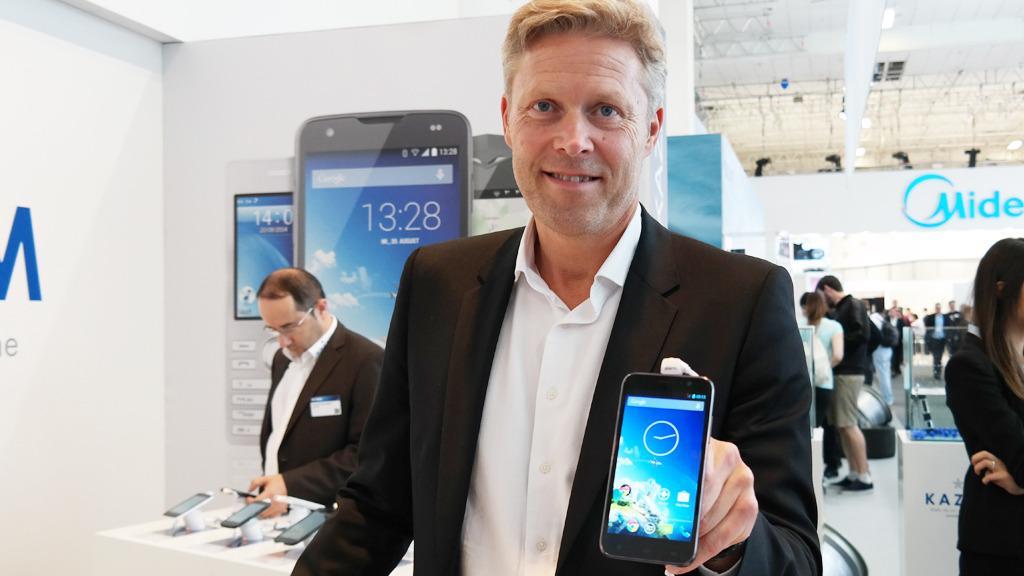 Thomas Faber viser frem Kazams nye mobiltelefoner. Bak Kazam står flere tidligere HTC-ansatte. Men Frølund frykter ikke konkurransen.