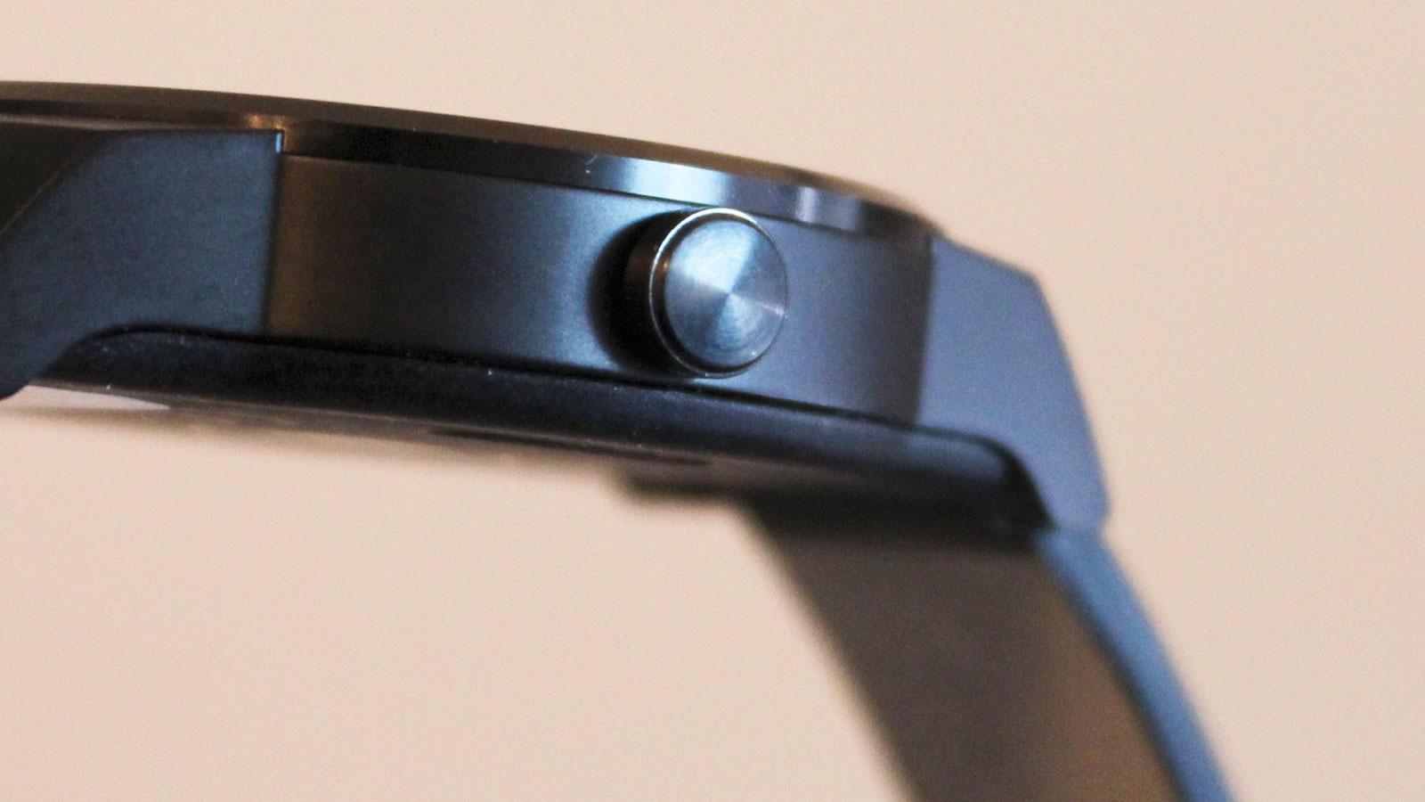 Ett trykk på denne tasten tenner skjermen, Et kort og et lang trykk åpner instillingsmenyen.Foto: Espen Irwing Swang, Tek.no