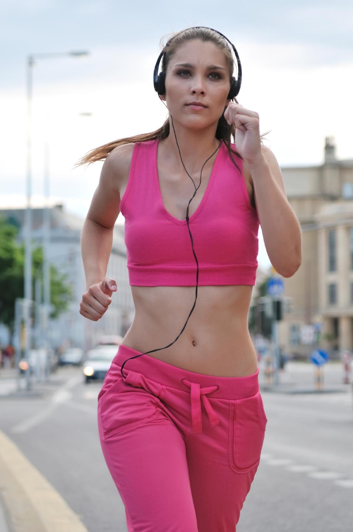 IPOD-APATI: Bruker du hodetelefoner, blir du mindre oppmerksom på farer. (Foto:Istockphoto.com)