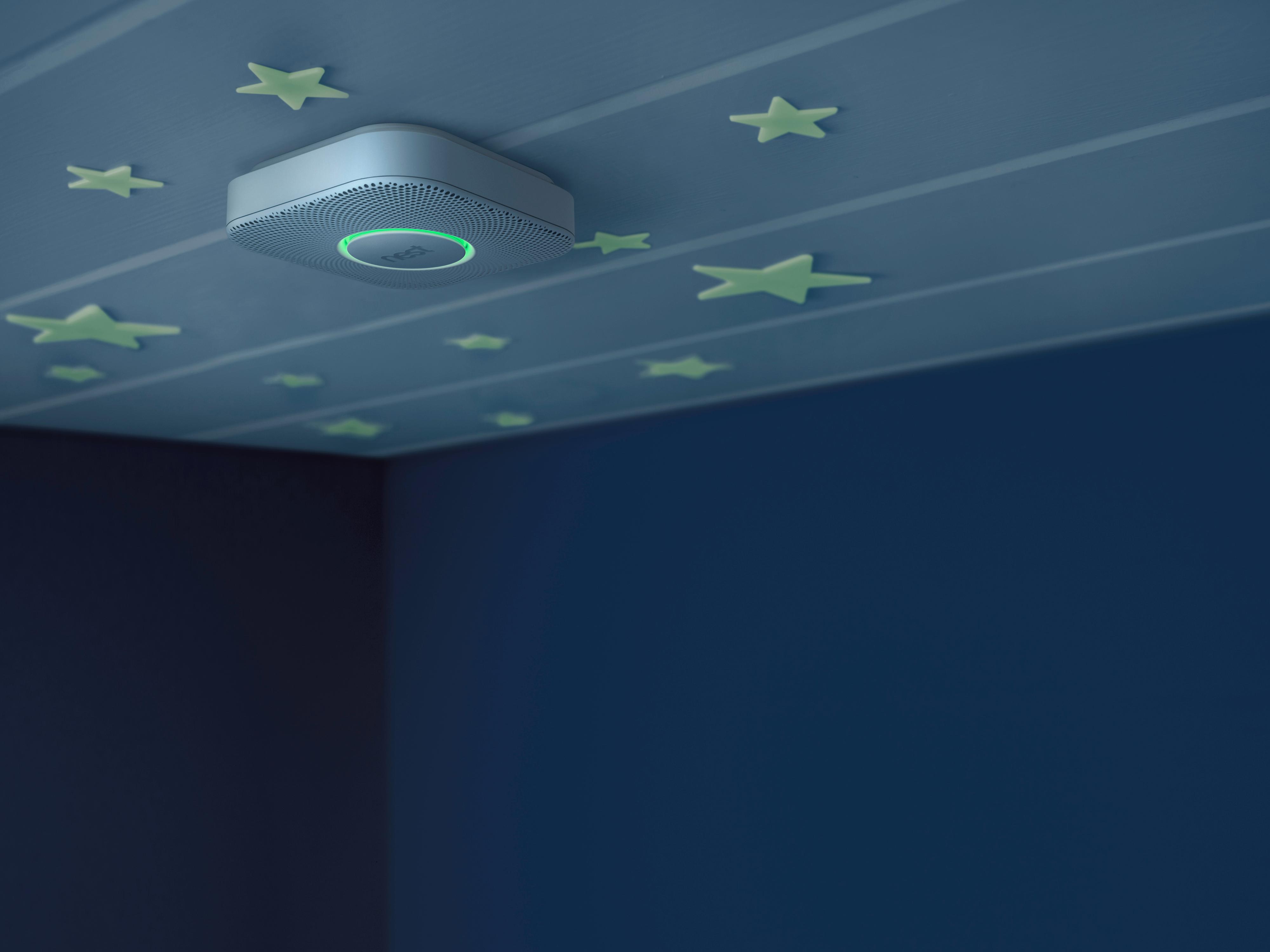 Røykvarsleren fra Nest oppdager bevegelser, og lyser vei for deg i mørket.