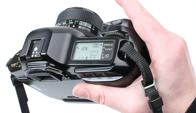 Canon T90 har et grep og ergonomi vi kjenner igjen. Foto: Vegar Jansen, Tek.no
