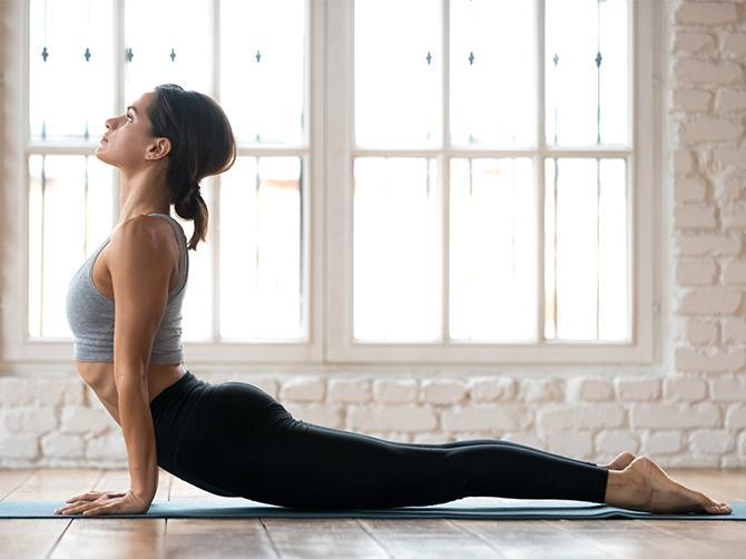 FYSISK YOGA: Du bygger muskelstyrka och mjukar upp leder och kan hjälpa kroppen att sänka blodtryck, blodfetter och blodsocker,