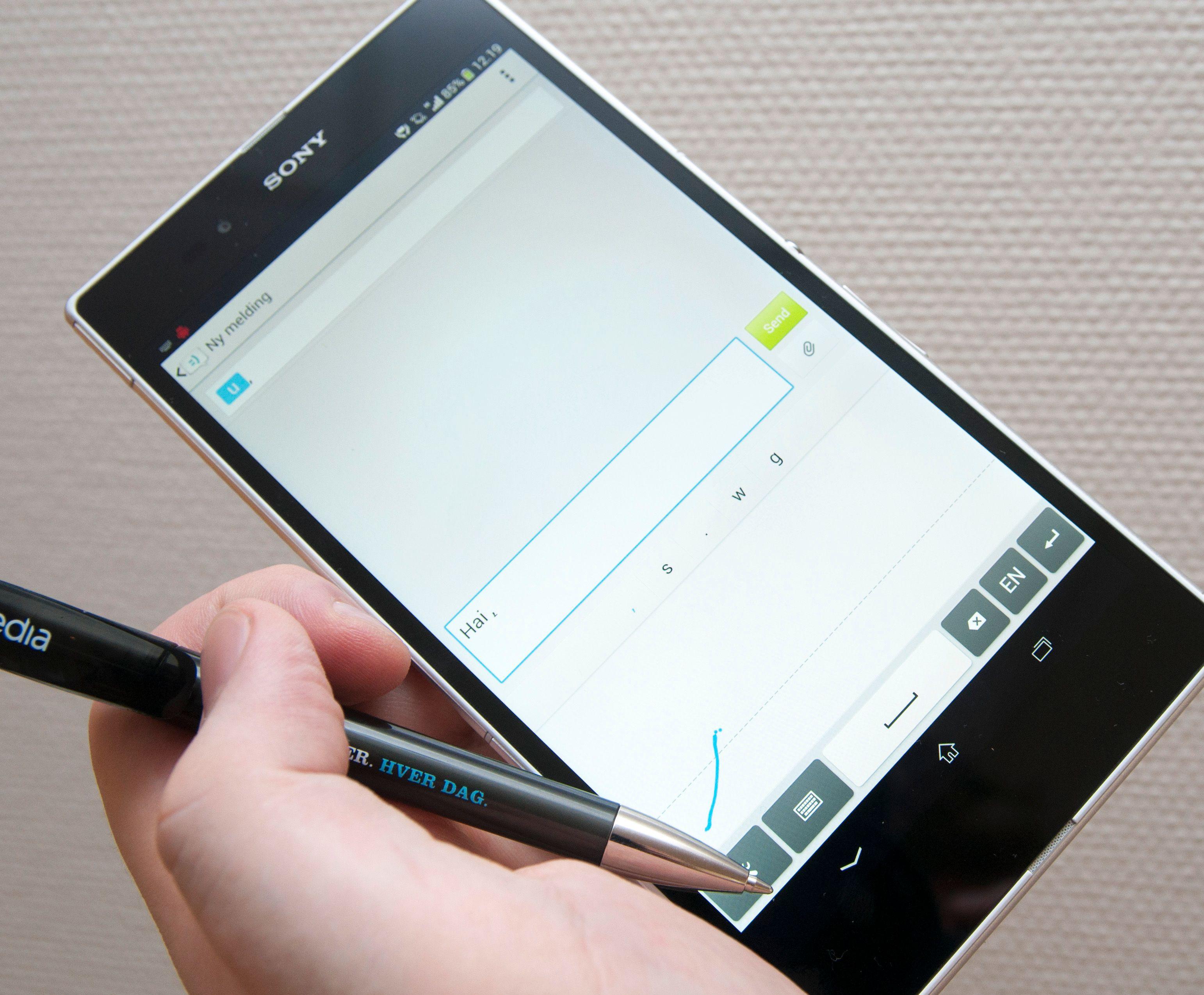 Du kan skrive på Xperia Z Ultra med en helt vanlig kulepenn. Telefonen har blant annet håndskriftgjenkjenning.Foto: Finn Jarle Kvalheim, Amobil.no