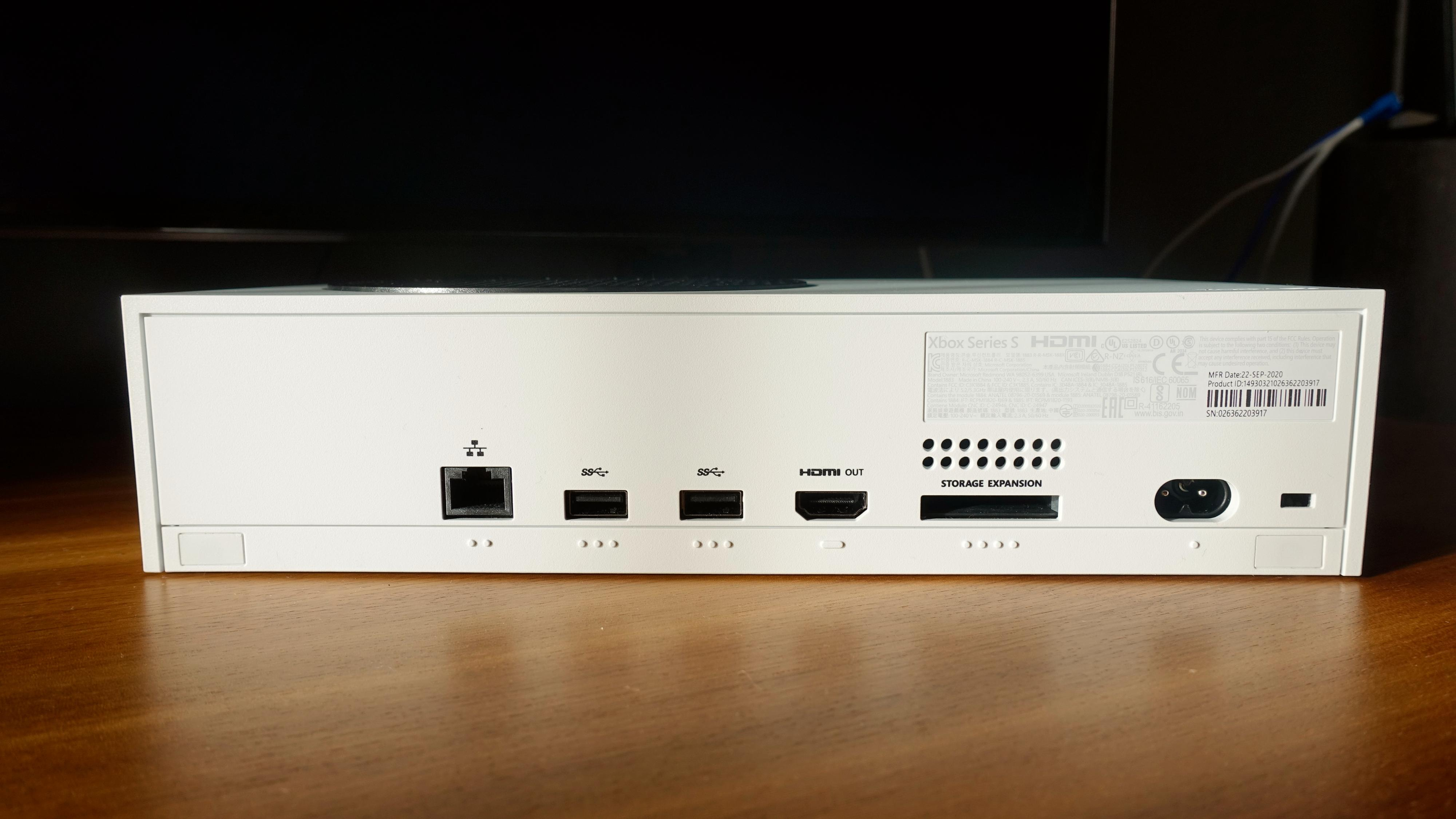 Fra venstre: Ethernet, to USB-porter, HDMI, port for ekstra lagring, strøm og lås.