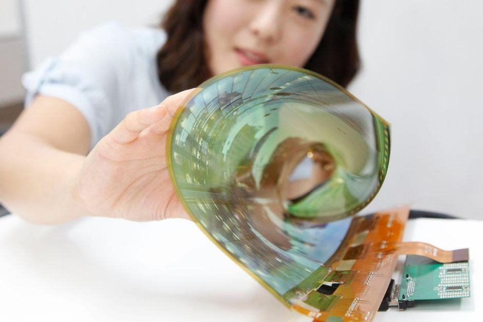OLED-paneler kan blant annet rulles sammen. Foto: LG