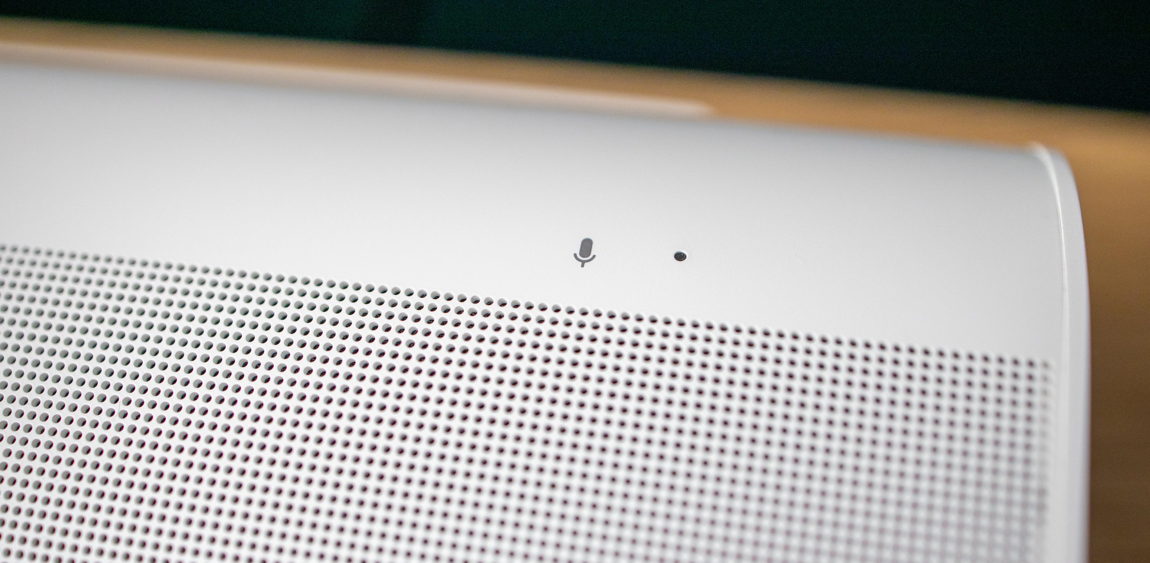 En mikrofoninngang fanger opp stemmen din hvis du vil prate med en stemmeassistent. Både Alexa og Google Assistant er støttet.