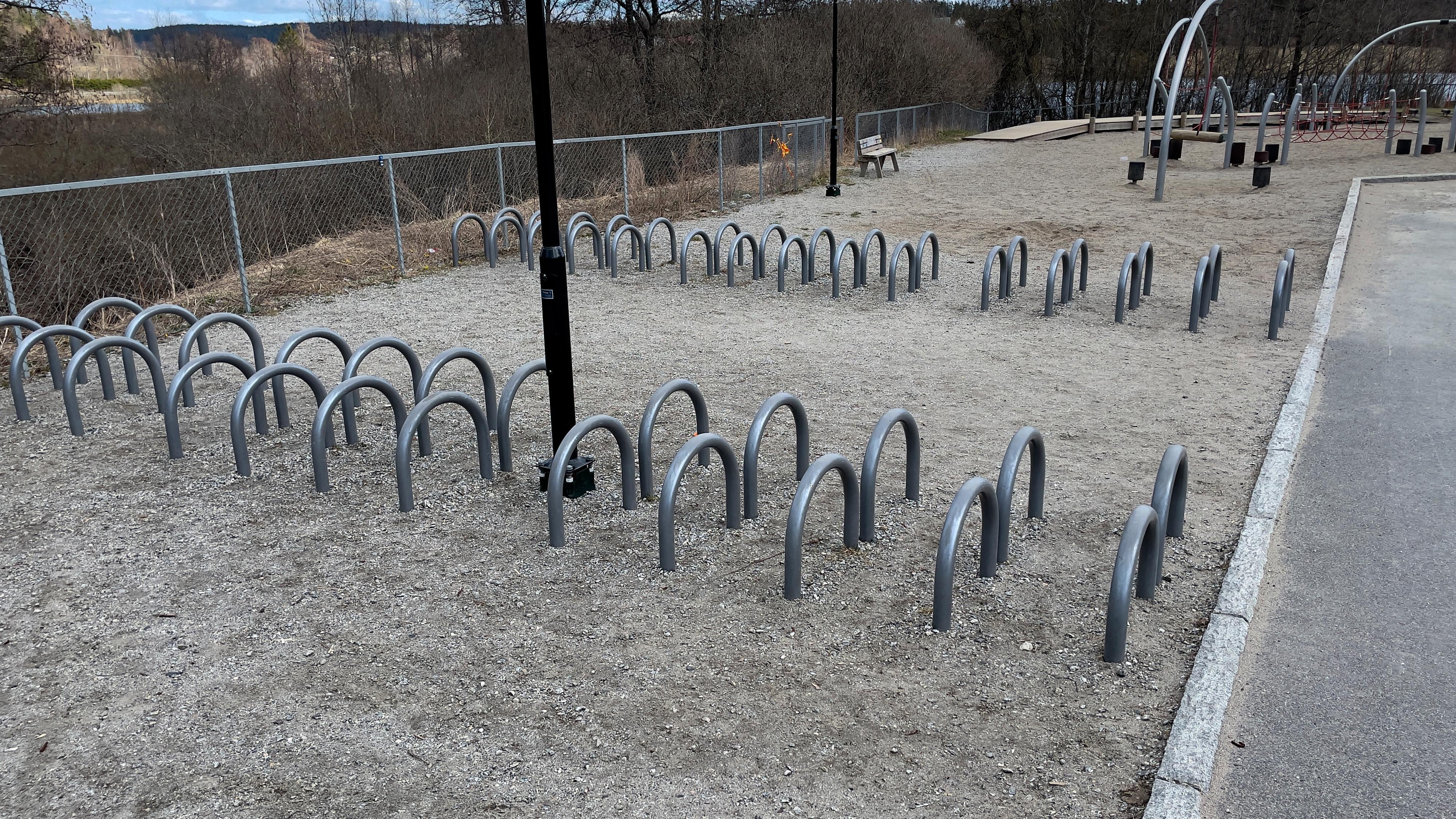 Det finnes mange muligheter til å feste sykkelen din. Her har du en av flere alternativer.