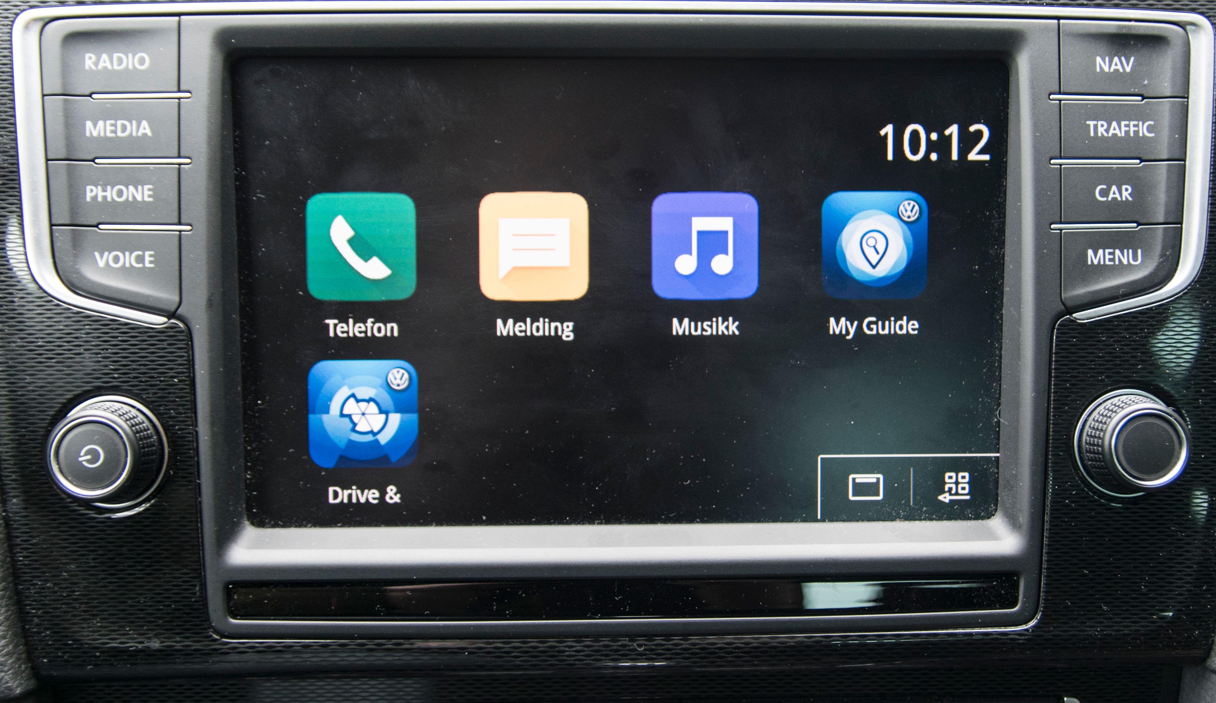 Men apputvalget er begredelig, og varierer fra telefon til telefon og bilprodusent til bilprodusent. Volkswagen har et lite knippe MirrorLink-apper som er trivelige å leke med, men hva din bilprodusent har laget kan variere. I hvilken grad løsningene fungerer om hverandre er også en relativt ukjent størrelse. Både Android Auto og Apple CarPlay er stort sett likt fra bil til bil. Bilde: Finn Jarle Kvalheim, Tek.no
