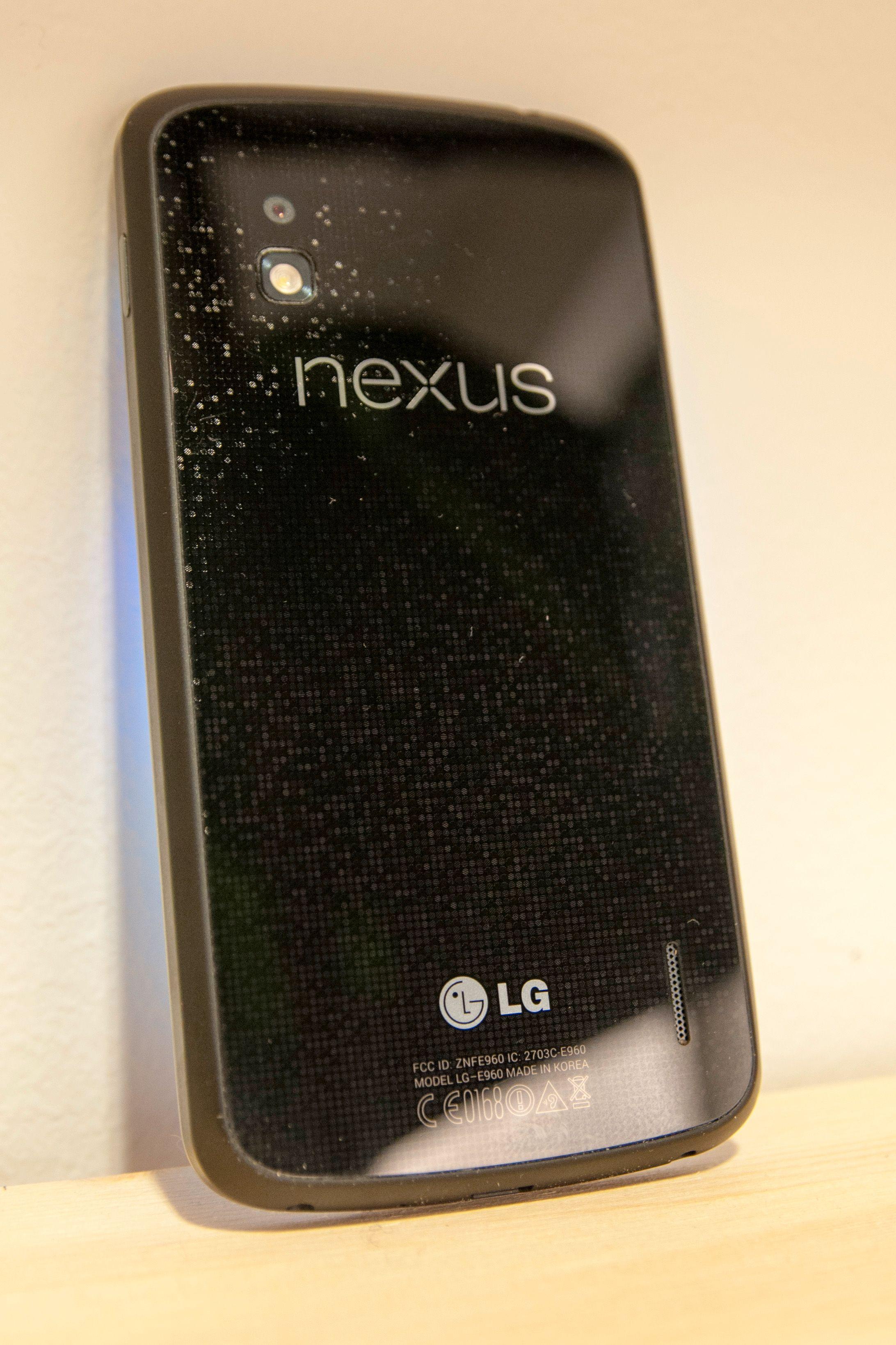 Baksiden av LG Nexus 4 er i glass, med et spraglete mønster som reflekterer lyset forskjellig alt etter hvordan du holder den.Foto: Finn Jarle Kvalheim, Amobil.no
