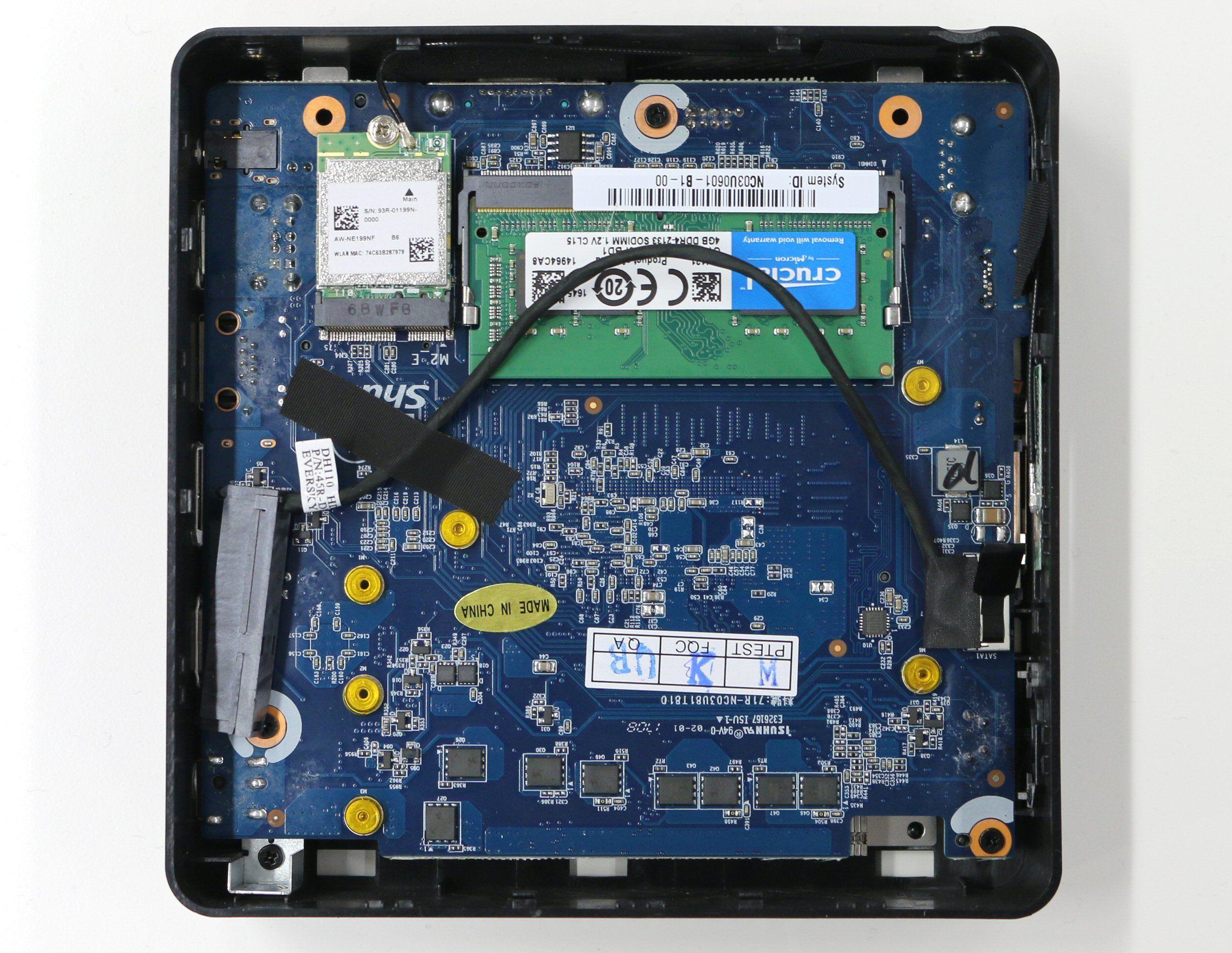 Innvendig er det plass til en 2,5-tommers disk på opptil 15 millimeters høyde.