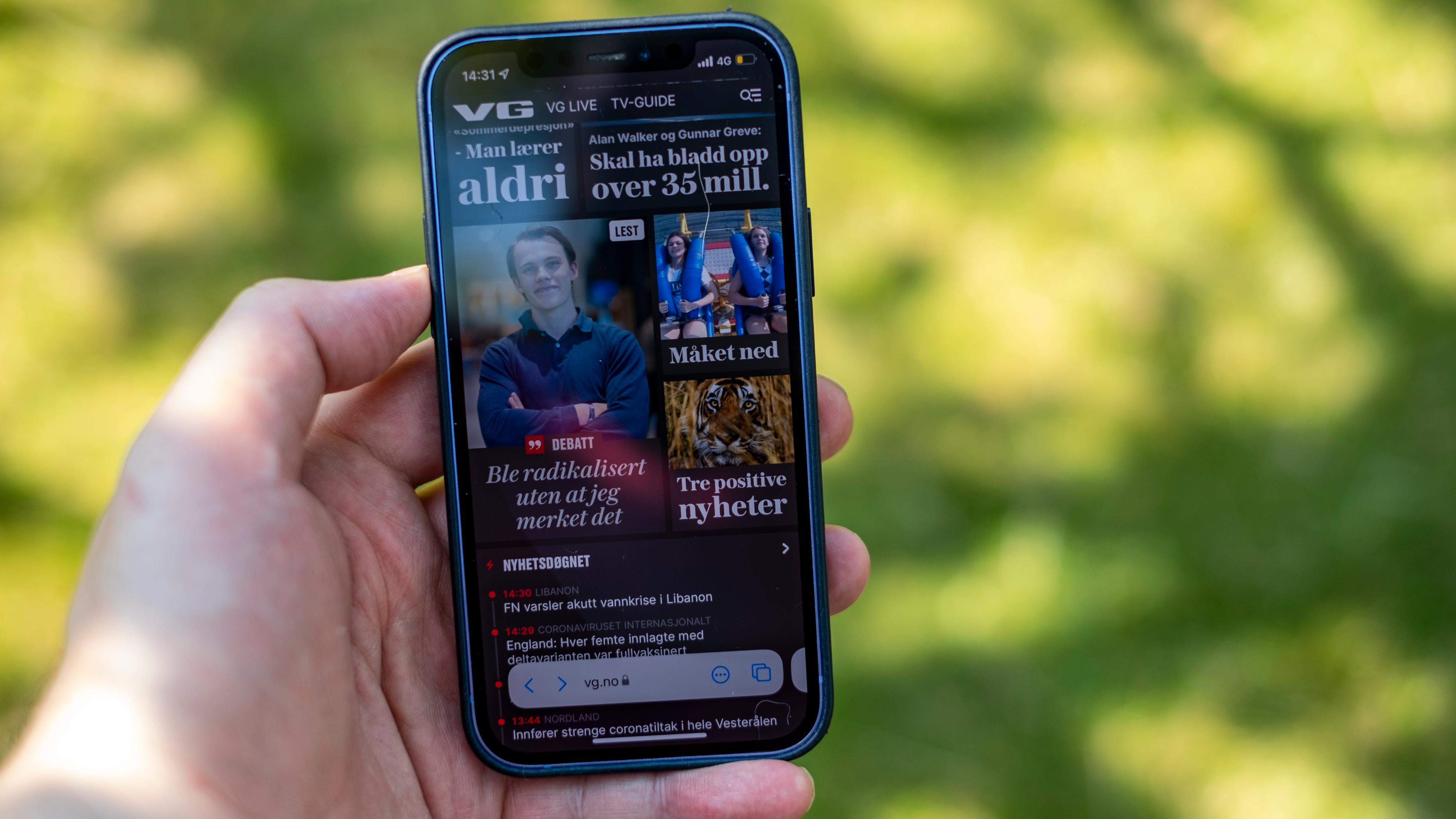 Adresselinjen i Safari ligger nå nederst på telefonen. Underlig nok er funksjonen som lar deg trykke øverst på skjermen for å komme til topps ikke flyttet noe sted og innebærer fortsatt to hender eller veldig lang tommel.