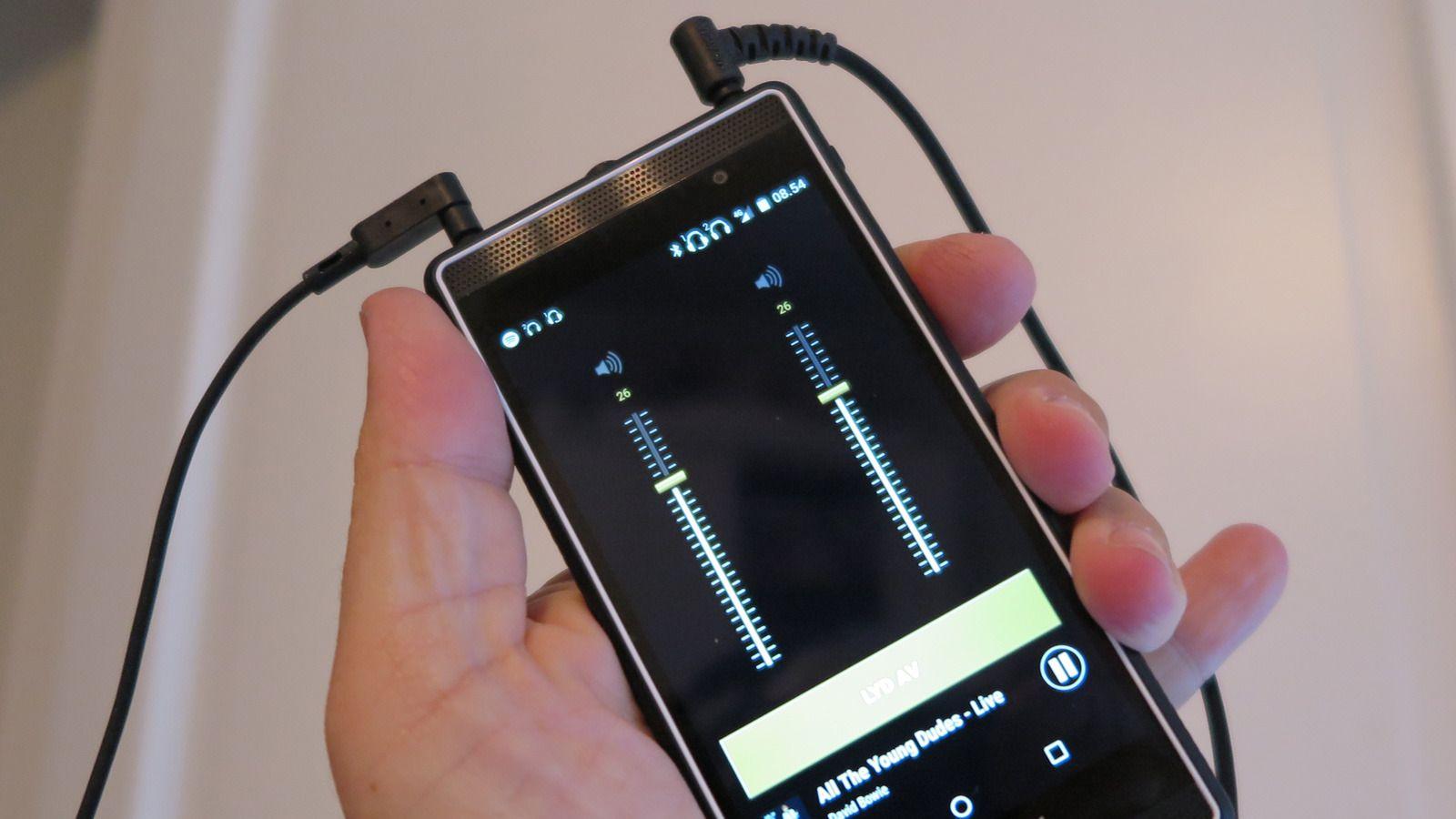 Marshall London støtter bruk av to kablede hodetelefoner samtidig. Volumet han justeres separat. Foto: Espen Irwing Swang, Tek.no