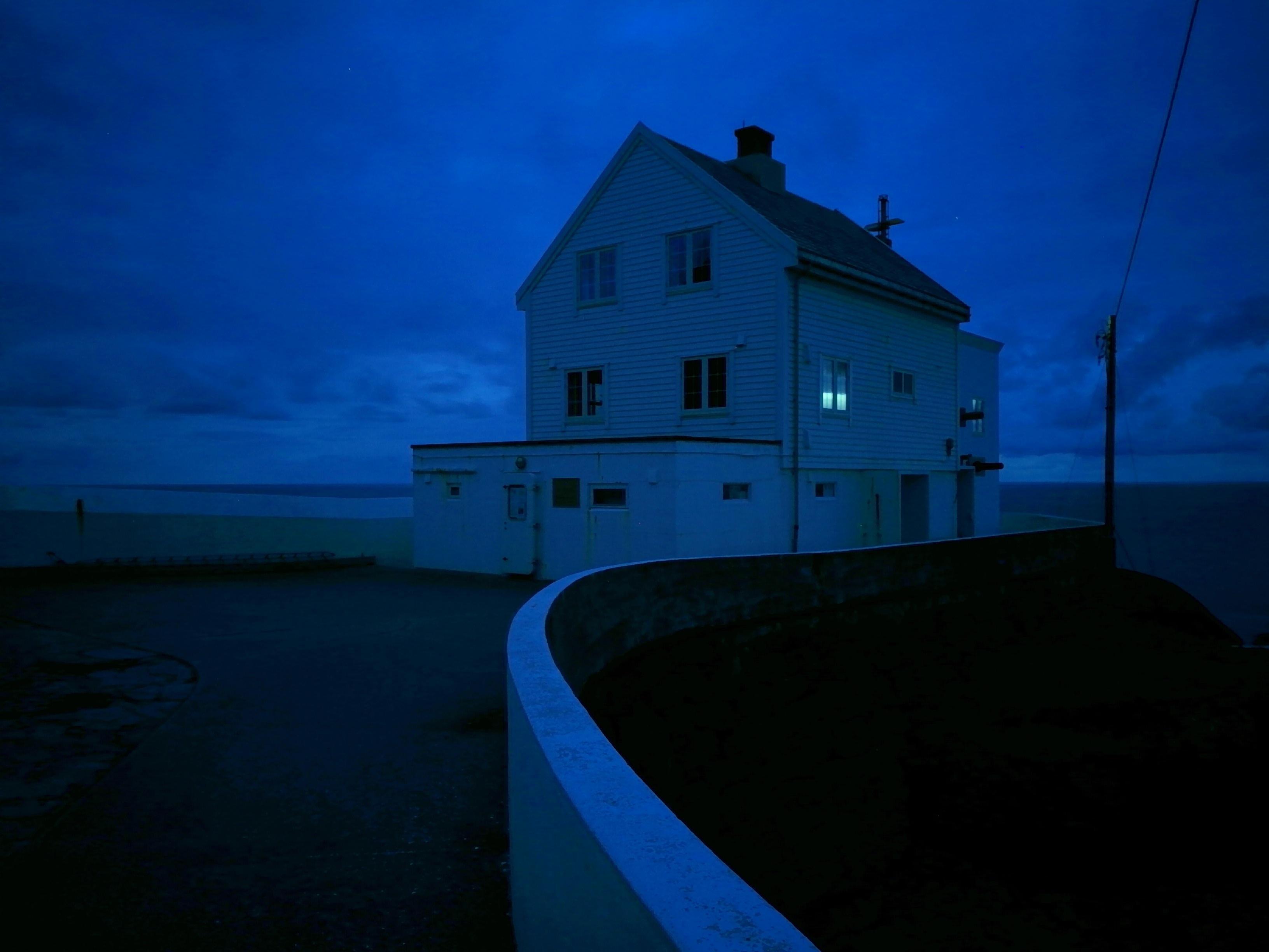 Nattmodusen stiller telefonkameraet automatisk slik at du kan ta lange eksponeringer med forholdsvis lite støy. Her var det så godt som bekmørkt.